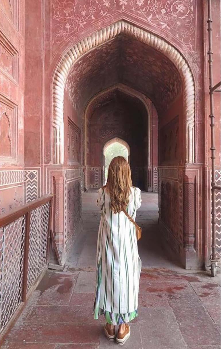 Awada, en la entrada al mausoleo indio