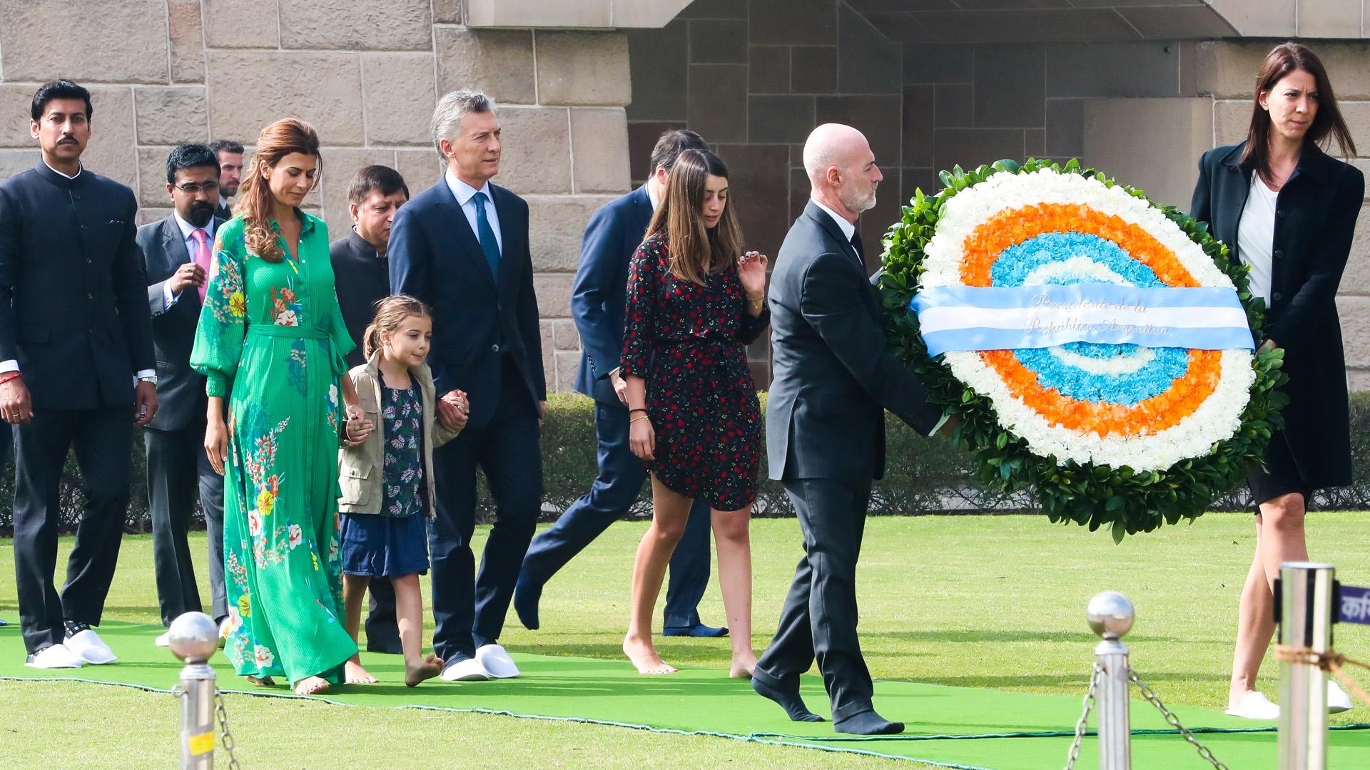 Macri colocó una ofrenda floral en el Memorial Mahatma Gandhi junto a Juliana Awada, Antonia y Valentina