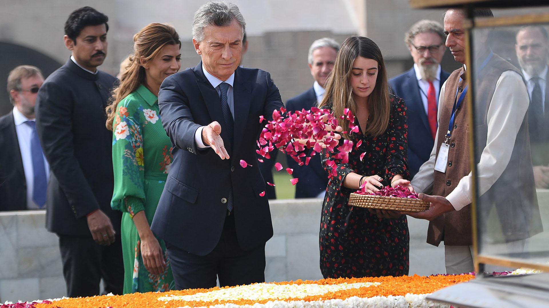Macri y Valentina Barbier -hija de Juliana Awada- realizan un homenaje a Gandhi