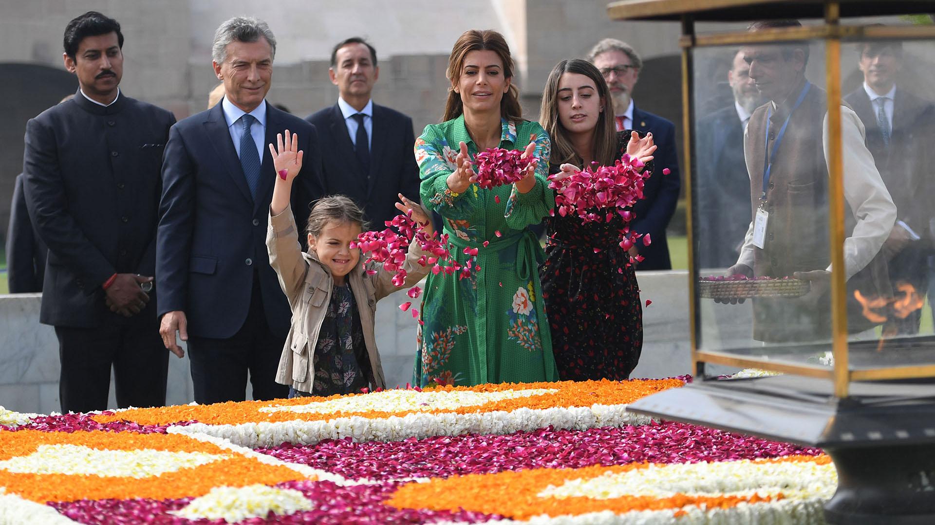 Mauricio Macri y Juliana Awada -junto a sus hijas- durante un tributo a Mahatama Gandhi