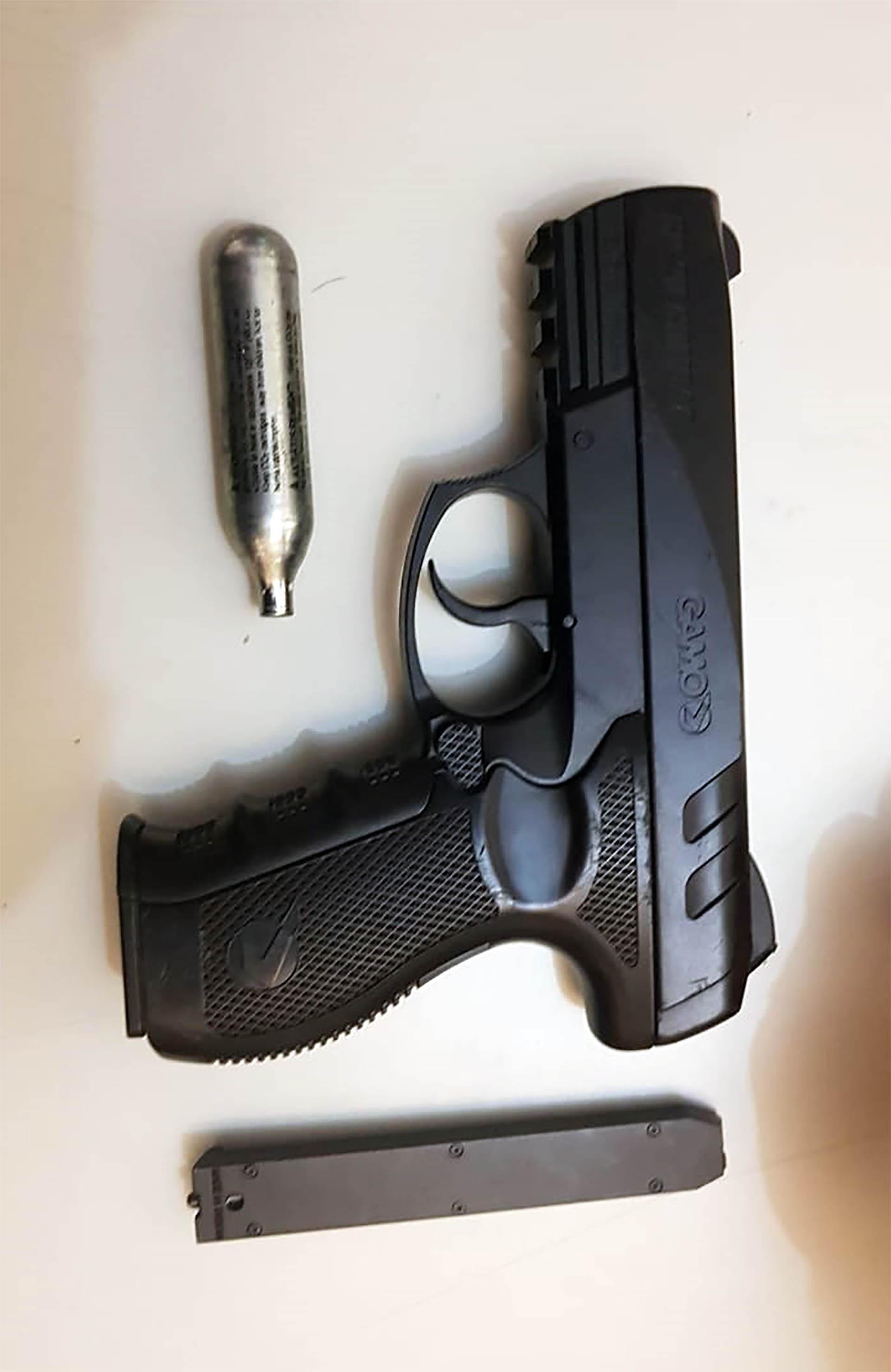 Pistola de aire comprimido con tanque de Co2 incautada a Casermeiro y Laje, similar a la que se describe en el robo de Munro