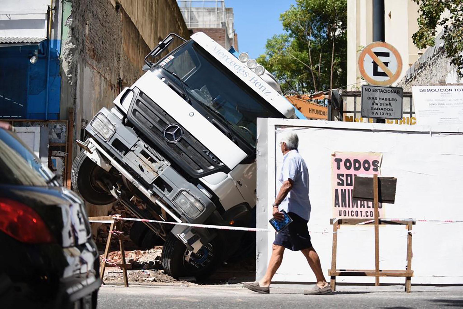 El camión, volcado dentro de la finca