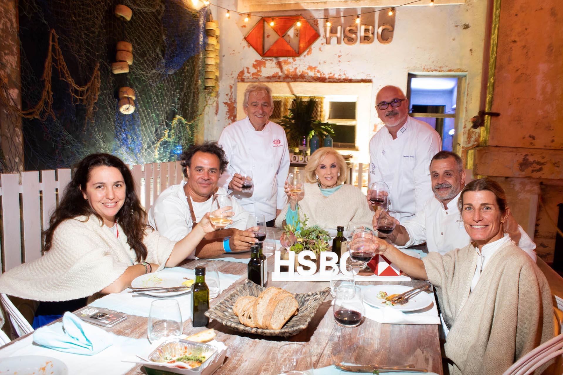 Narda Lepes, Robert Petersen, Pedro Piccau, Osvaldo Gross, Cristian Petersen y Pamela Villar junto a Mirtha Legrand en la mesaza de HSBC en Masticar Mar y Sierra