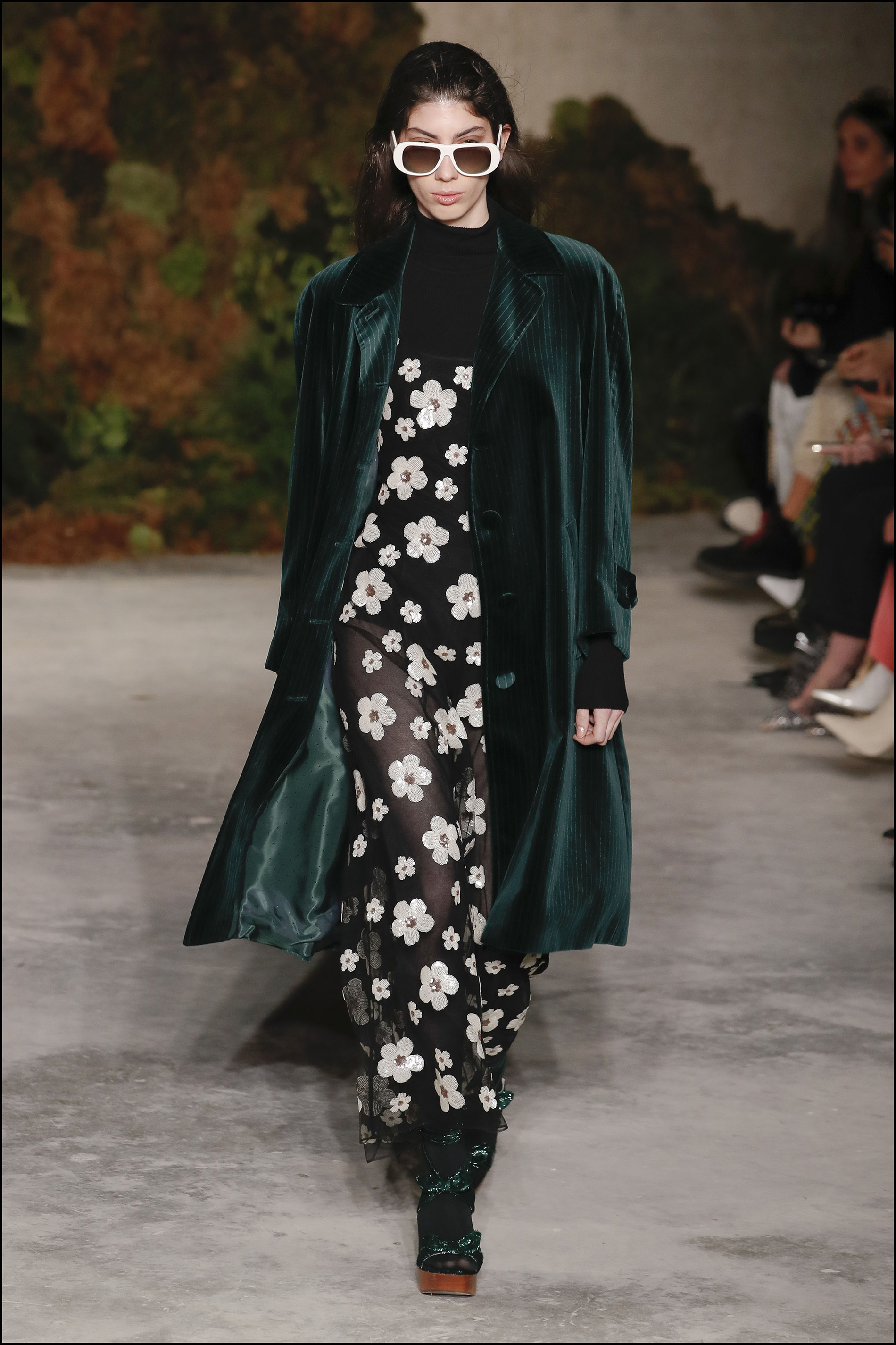 Largos vestidos con estampados de flores con tapados de terciopelo.