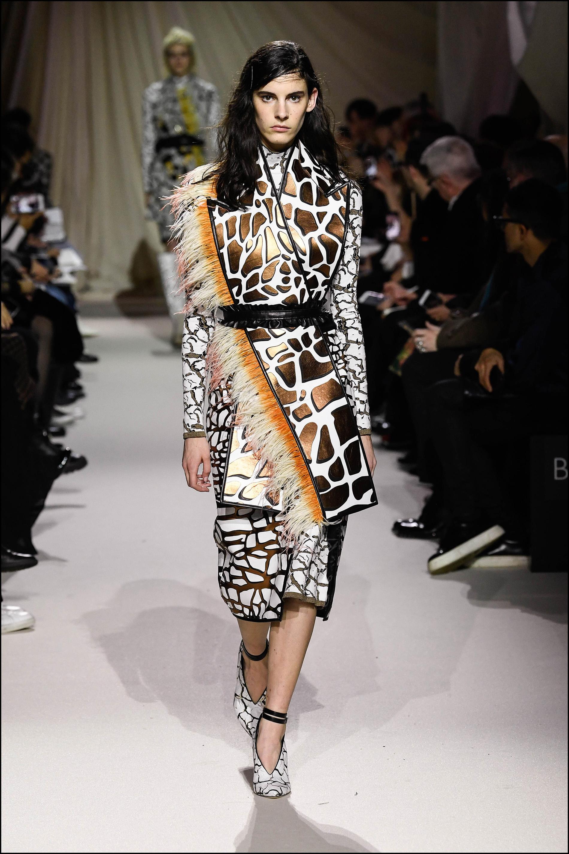 La designer imprimió estampados inspirados en el mármol, en faldas y tapados con cintos.