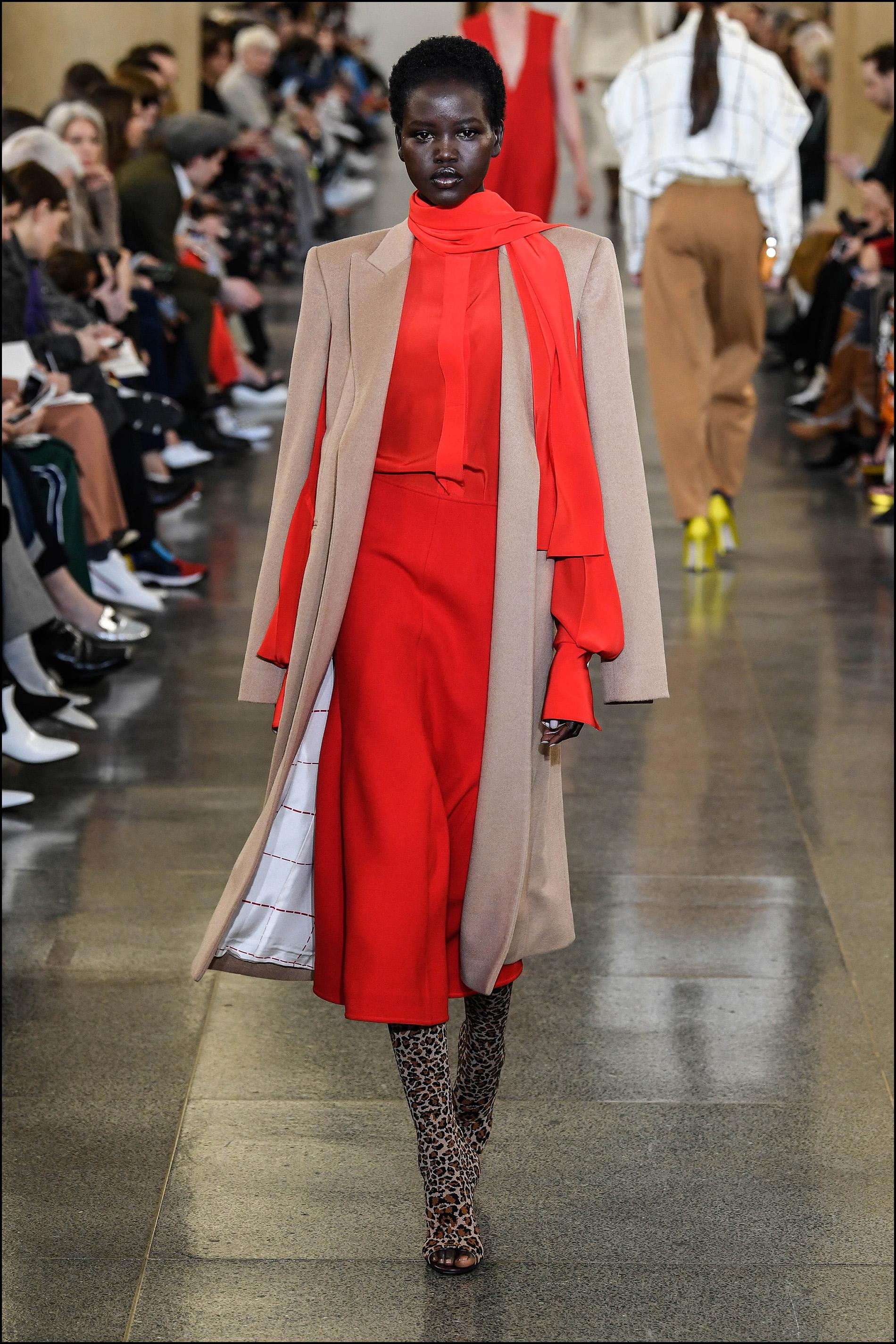 Faldas midi, blusas y tapados estilo capa.
