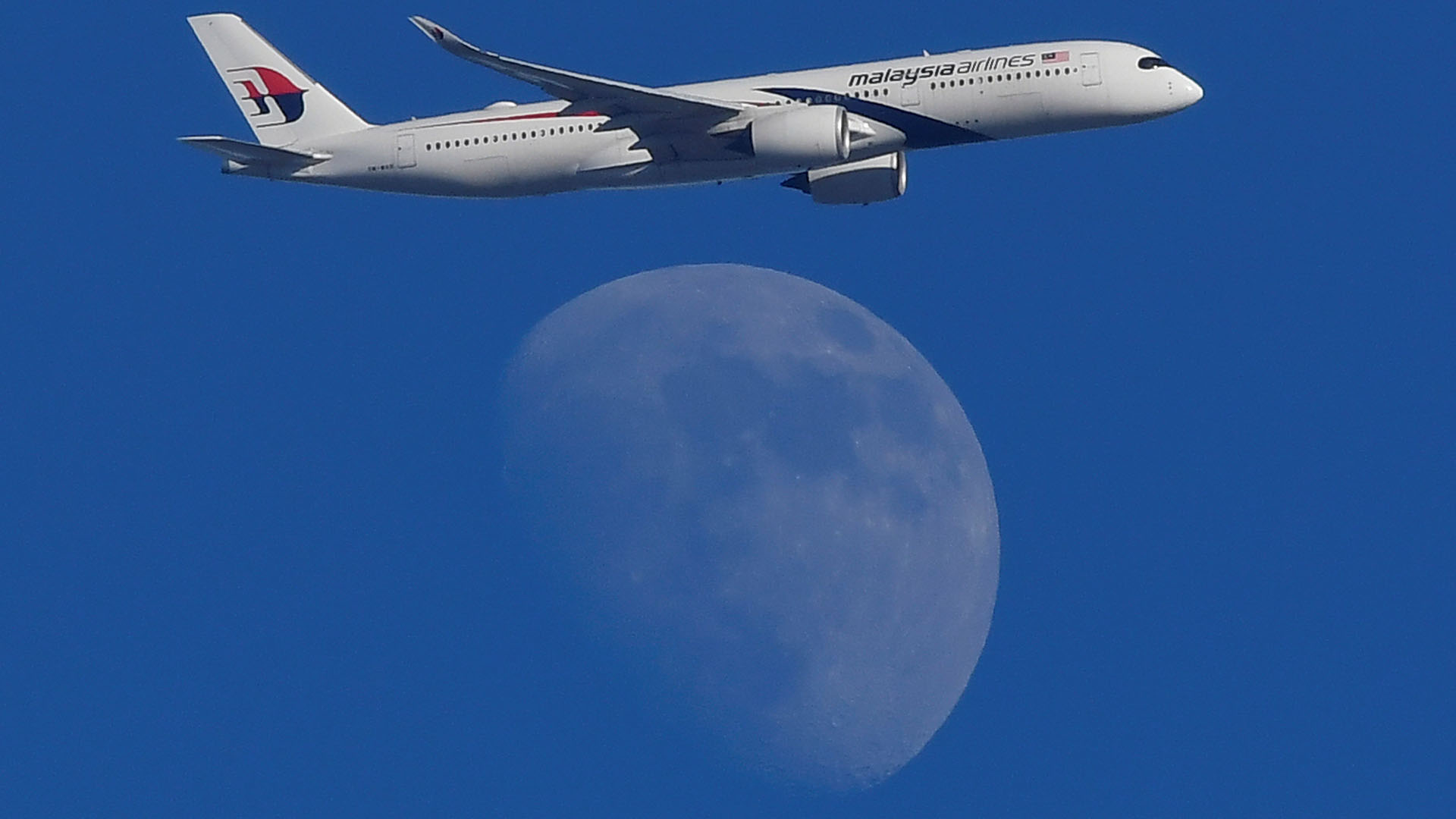 """Un avión de Malaysian Airlines parece volar """"por encima"""" de la Luna(REUTERS/Toby Melville)"""