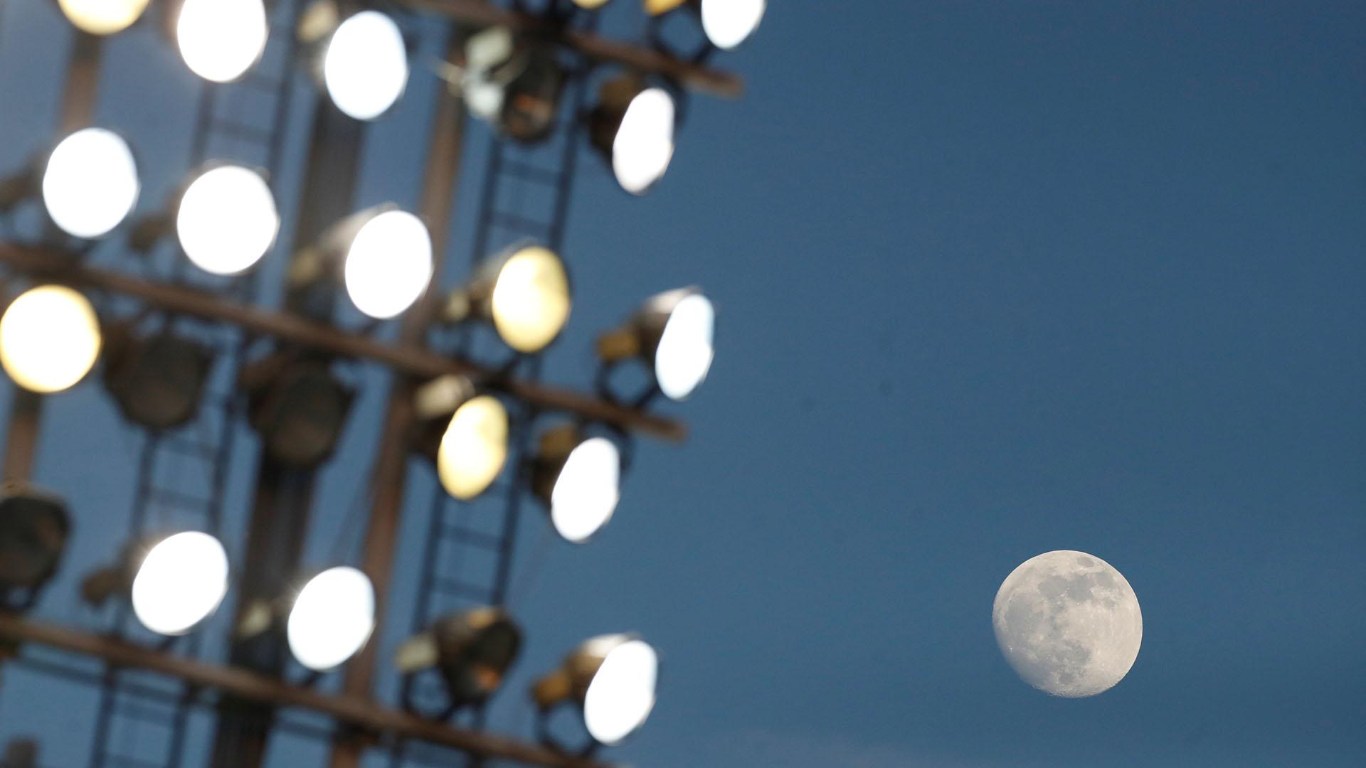 La Luna, vista desde un estadio de fútbol en el Reino Unido(Reuters/Carl Recine)