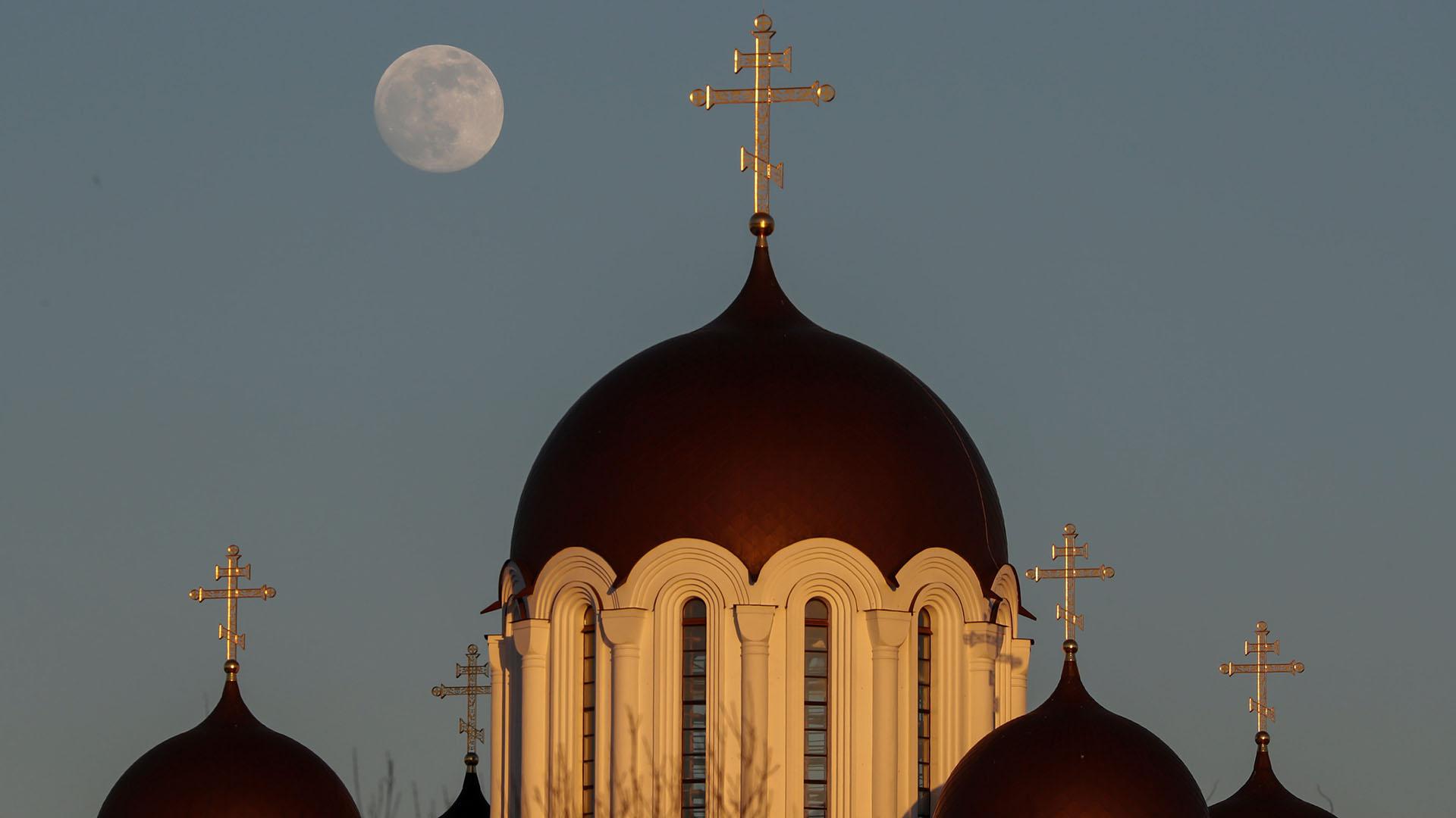 La Luna, sobre una Iglesia ortodoxa en Minsk, Bielorrusia(REUTERS/Vasily Fedosenko)