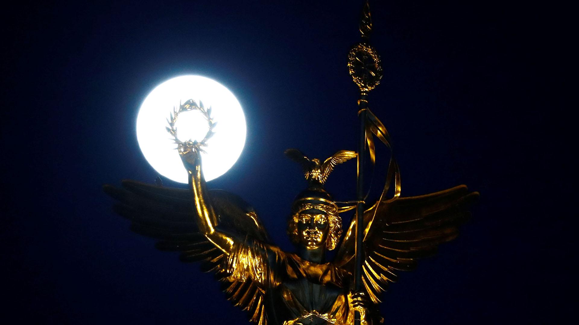 La Superluna, encima de la Columna de la Victoria, en Berlín (REUTERS/Fabrizio Bensch)