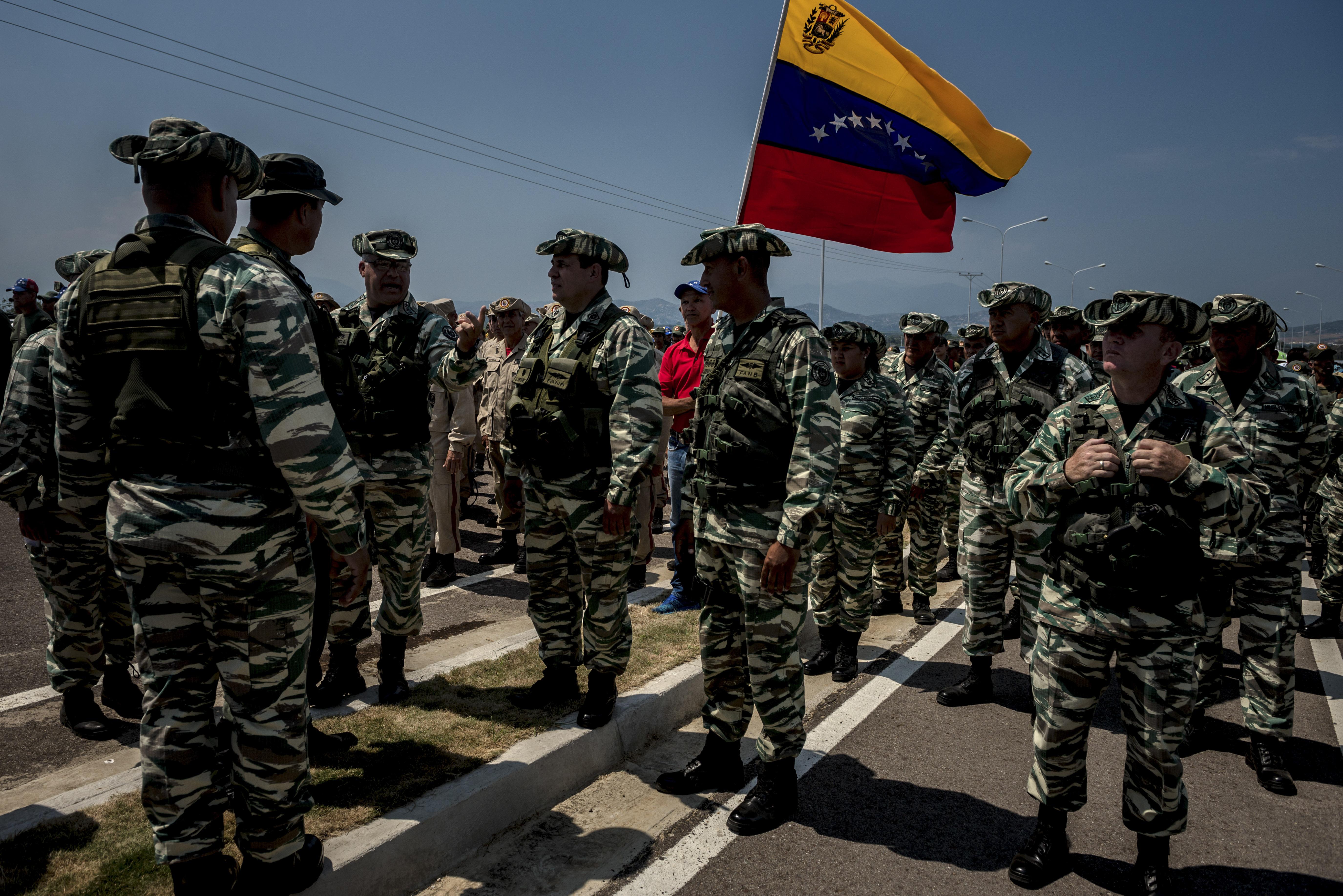 Soldados venezolanos en un puente cerca a la frontera colombiana, cerca a Cúcuta. (Meridith Kohut/The New York Times)