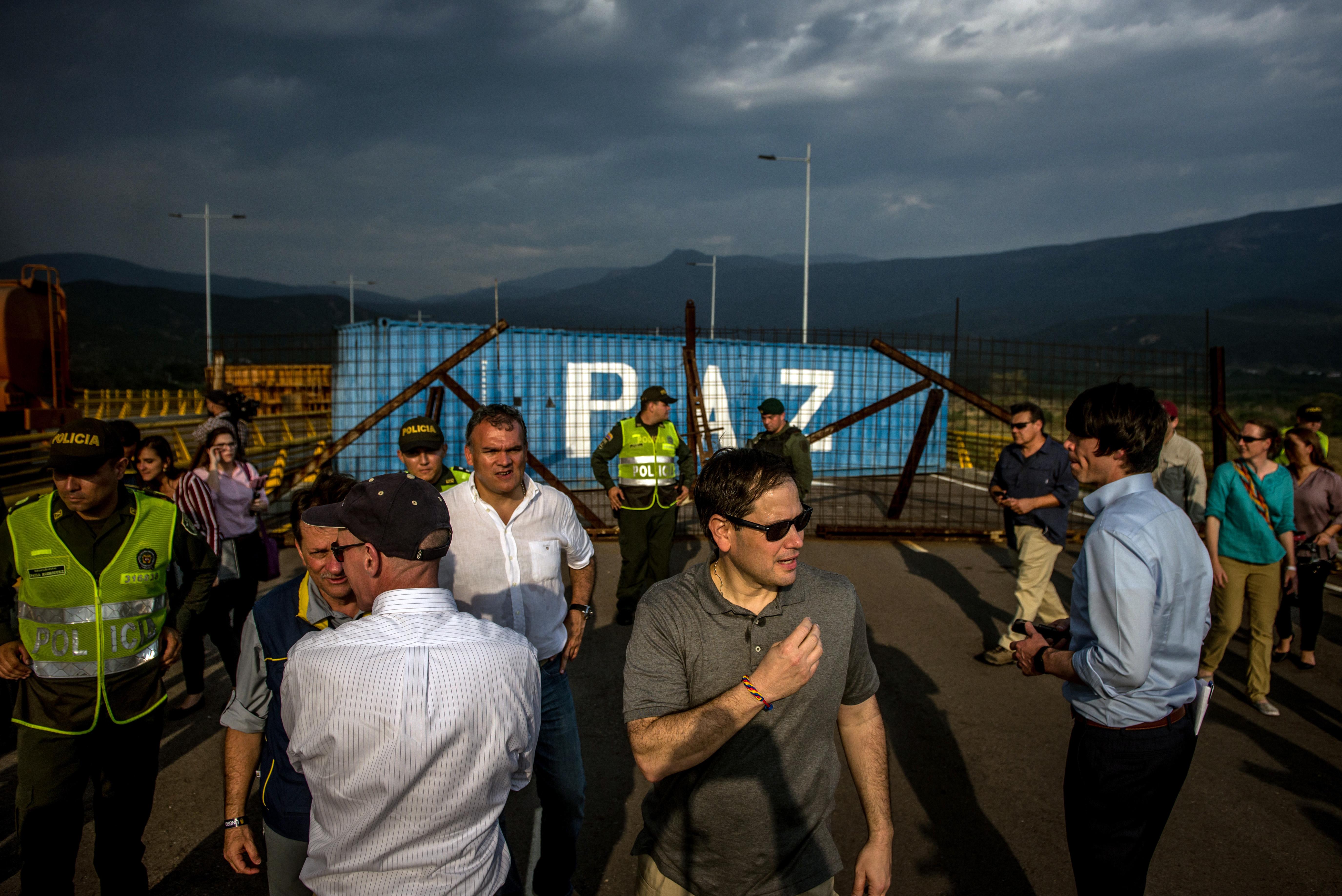 El senador estadounidense Marco Rubio visitó la zona por donde se espera que pase la ayuda humanitaria. (Meridith Kohut/The New York Times)