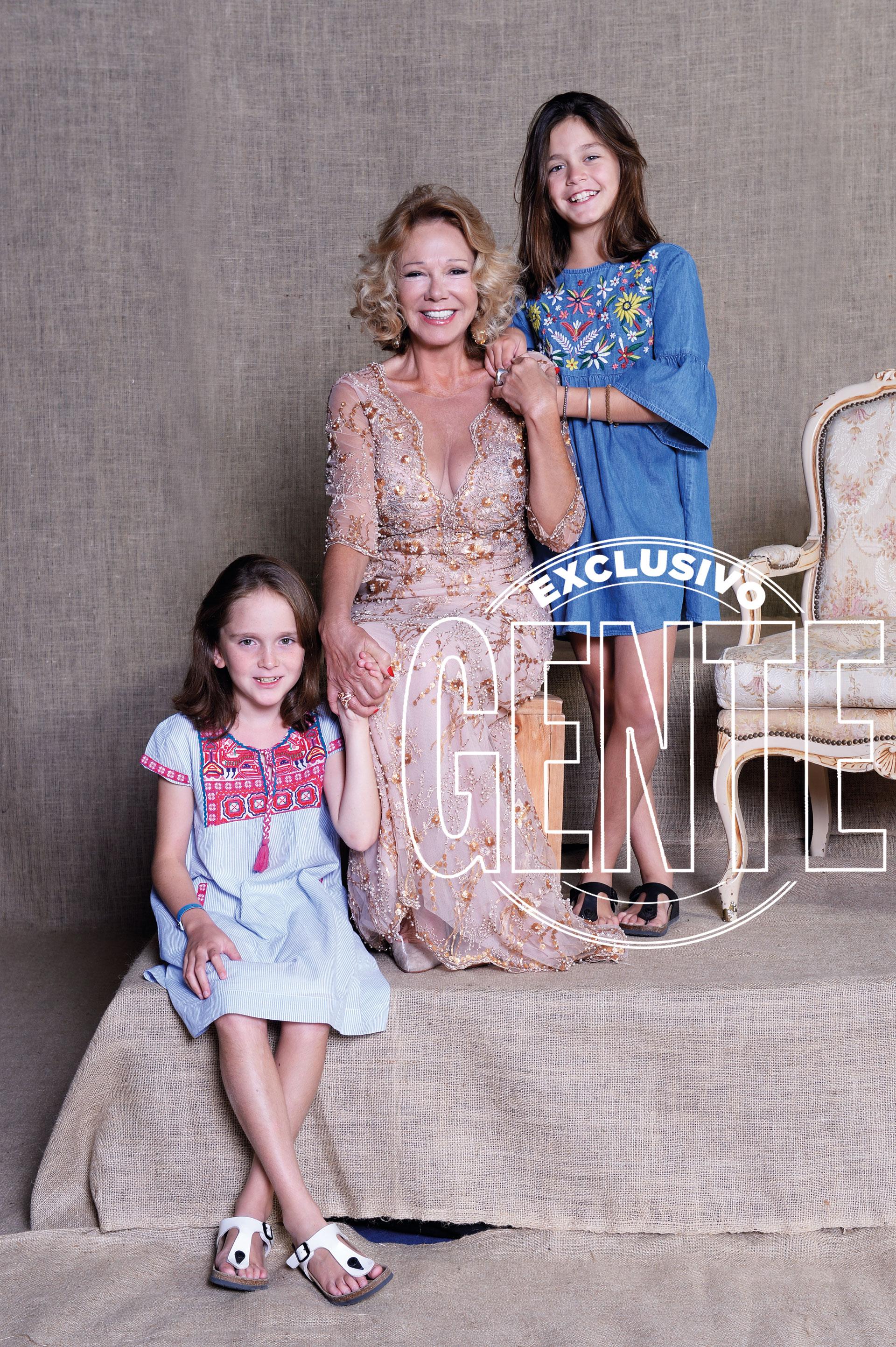 Solita junto a sus nietas, Inés y Clara, quienes jugaron a enseñarle a posar.