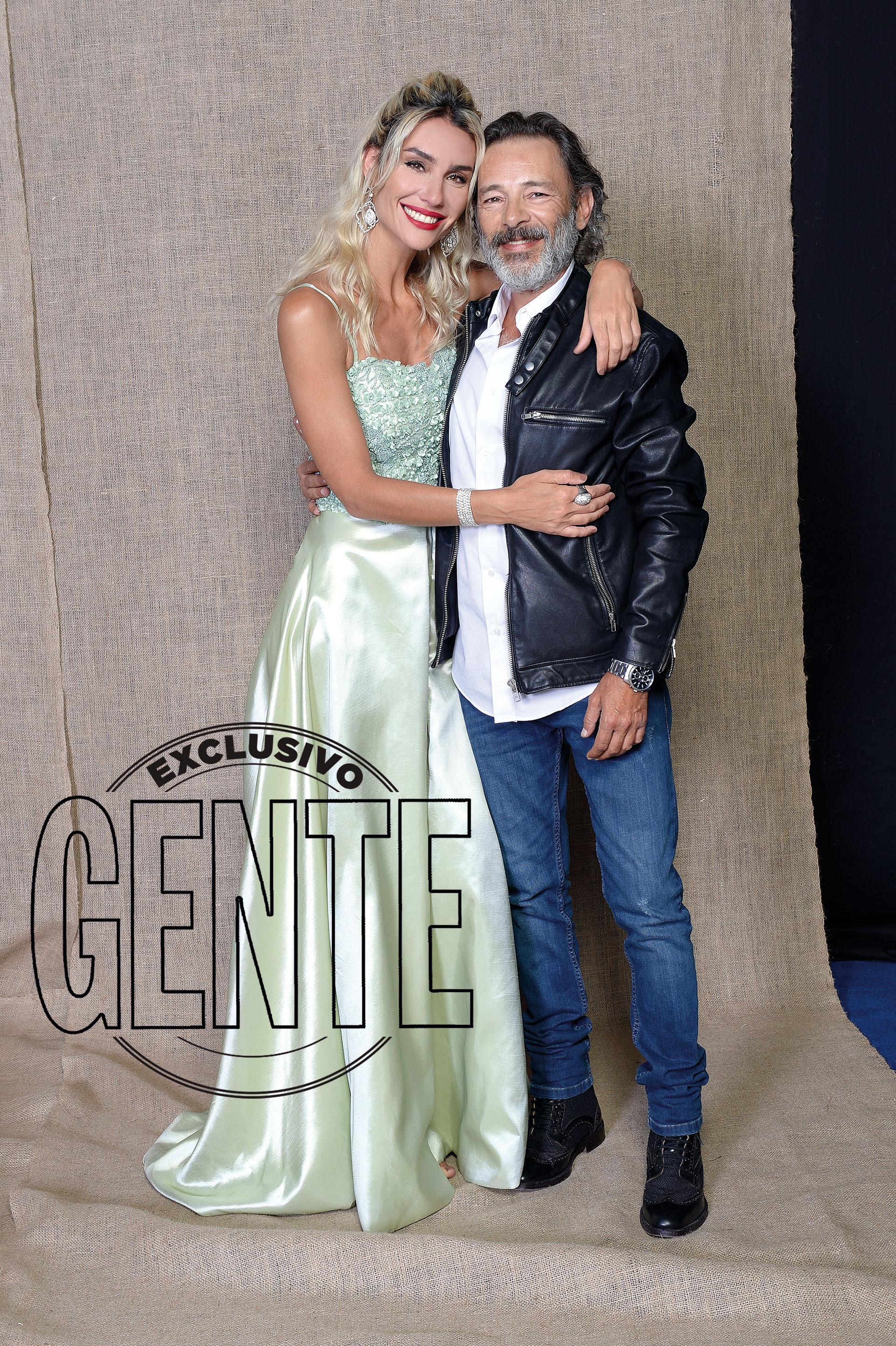 Paula Morales, con un diseño en verde agua por Andrés Caballero, junto a Fabián Vena, con look propio.