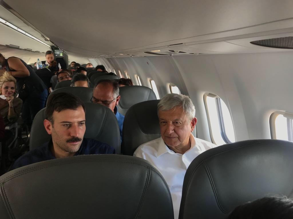 Las azafatas deben controlar al público en los vuelos con AMLO. (Foto: Cuartoscuro)