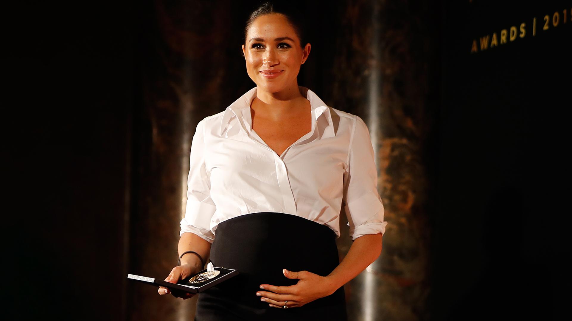 El duque y la duquesa de Sussex asistieron a los Premios Endeavor Fund, de los cuales presidieron el jurado. Meghan usó una falda y camisa a medida de Givenchy, tacones Aquazzura y un clutch negro para el evento