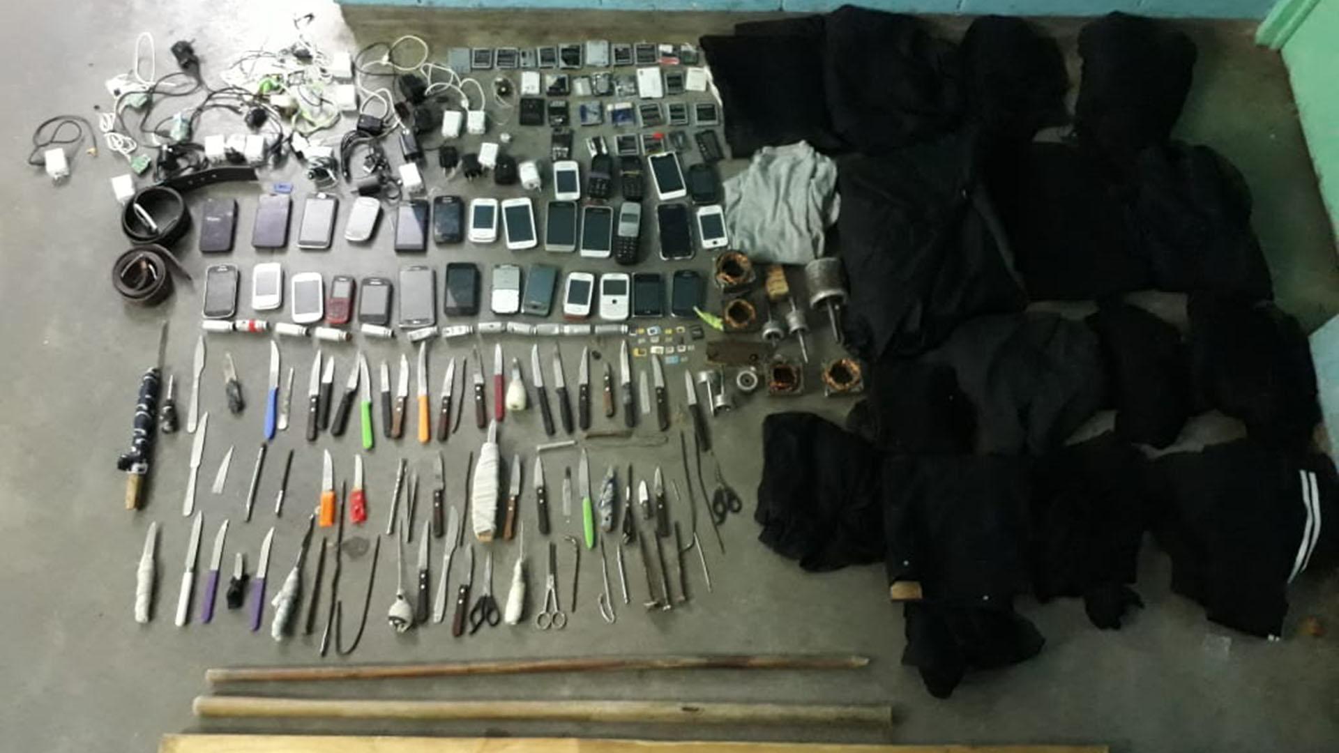 Facas y teléfonos obtenidos de requisas en un penal bonaerense.