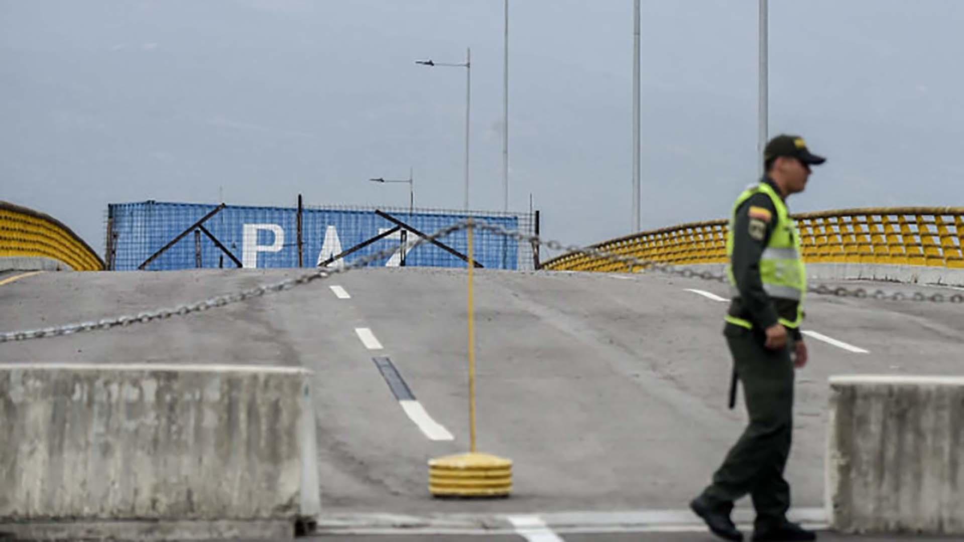 El régimen de Maduro mantiene bloqueado el paso fronterizo con grandes contenedores(Photo by Luis ROBAYO / AFP)