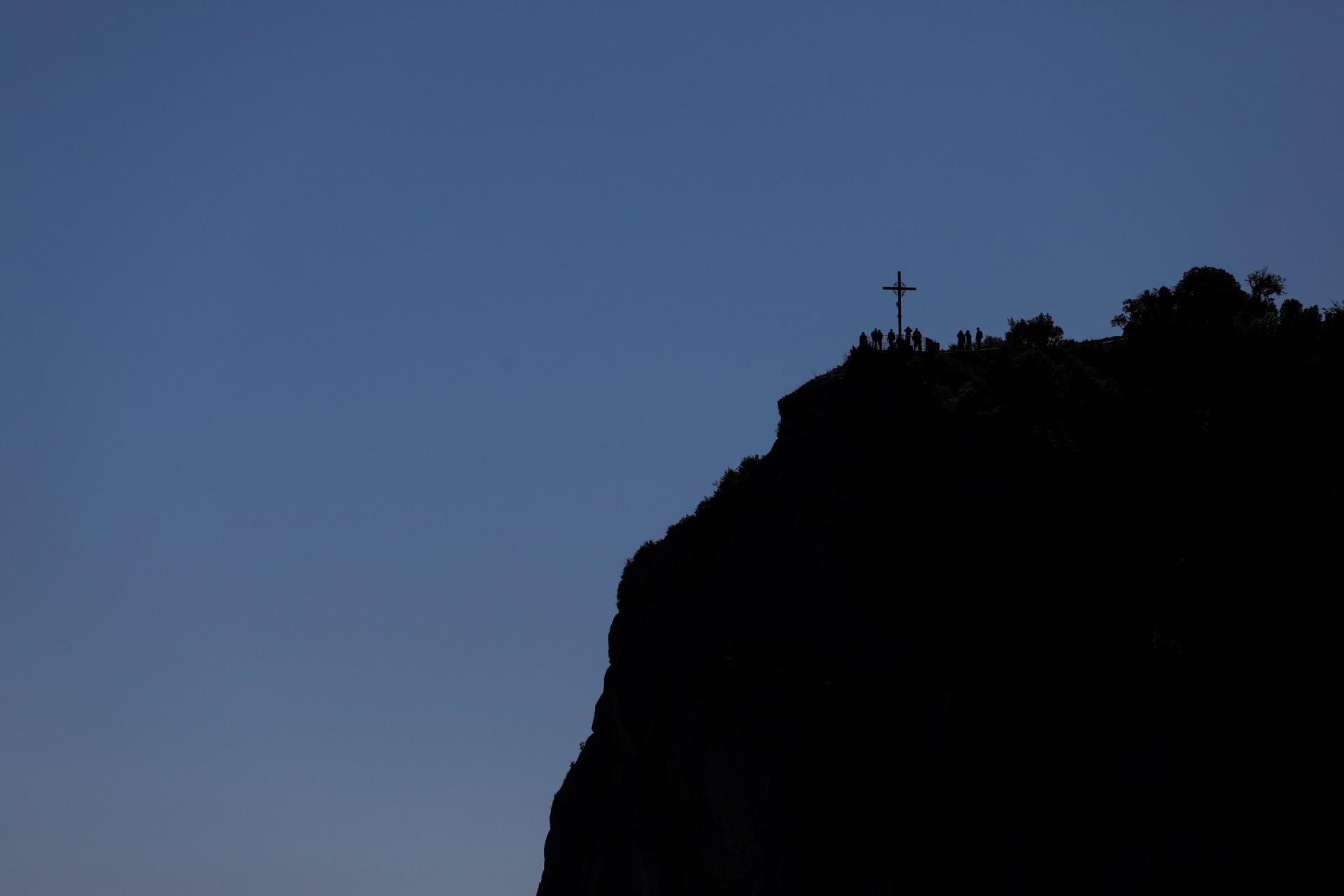 La cruz de San Miguel se ve en los alrededores de la abadía de Montserrat.