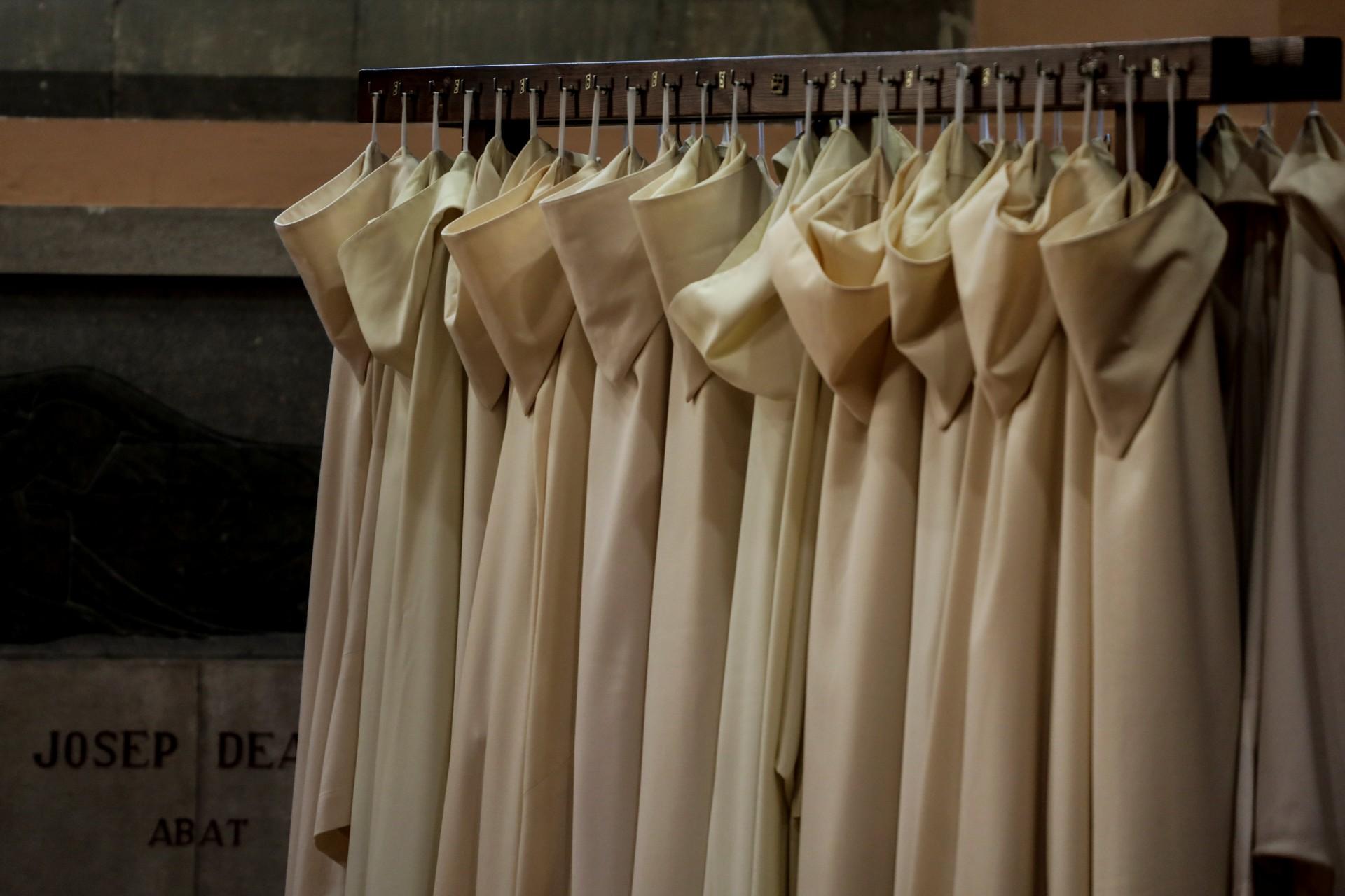 Las túnicas de los monjes se juntan durante una misa en la abadía de Montserrat, donde Miguel Hurtado dice que fue abusado sexualmente por un monje benedictino a la edad de 16 años.