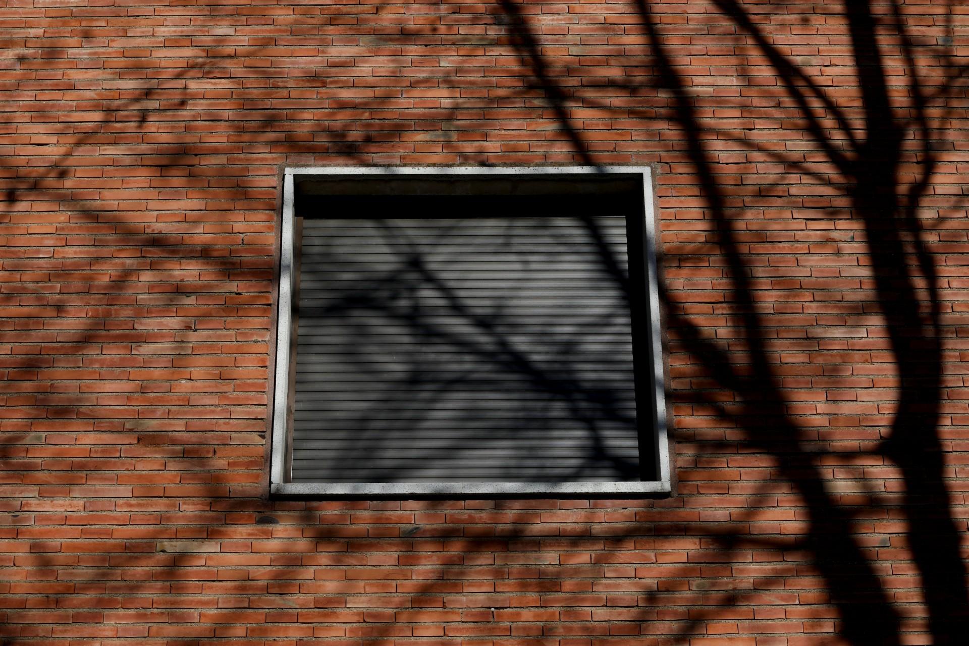 La ventana de una de las salas de la escuela del Padre Trinitario, donde la profesora de filosofía Teresa Conde, de 52 años, dice que fue violada por un sacerdote de 30 años mayor que ella cuando tenía 14 años, se ve en Salamanca, España, el 7 de febrero de 2019.