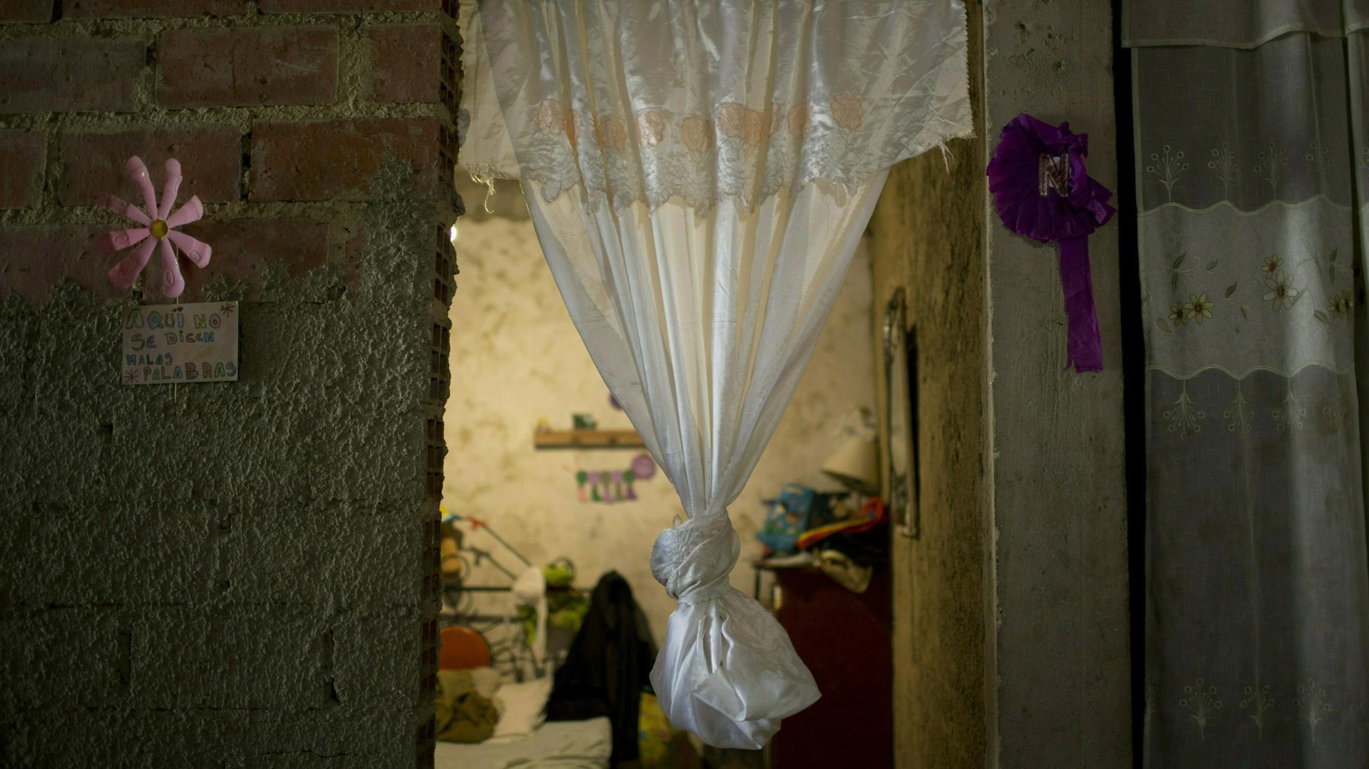 Una cortina cuelga en la puerta del que era el cuarto de Jhonny Godoy en el barrio humilde de La Vega, en Caracas (AP /Ariana Cubillos)