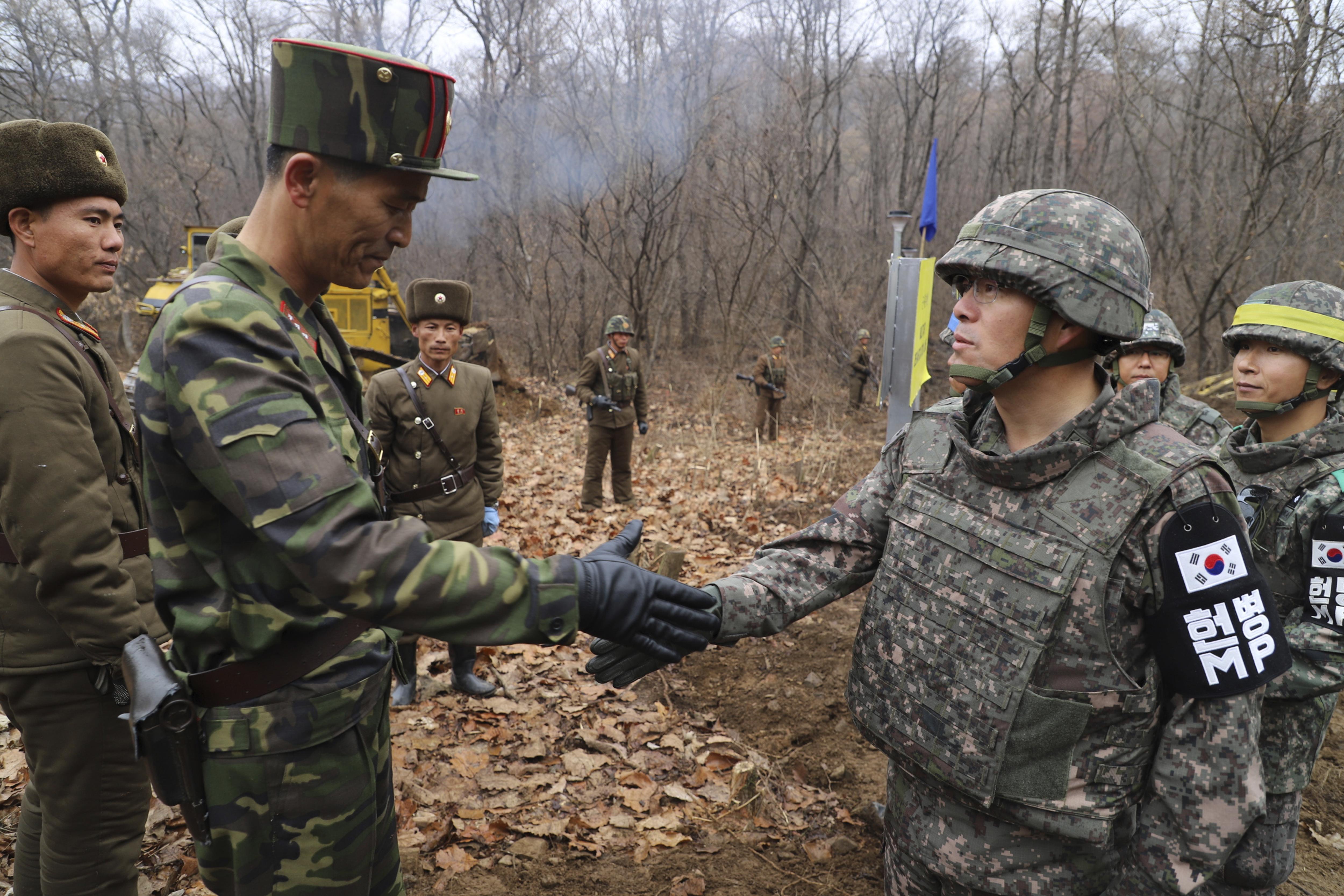 Tropas de Corea del Norte y Corea del Sur se encuentran en un punto de la zona desmilitarizada en la frontera entre ambos países, que se mantiene como foco de tensiones desde 1953 (AP)