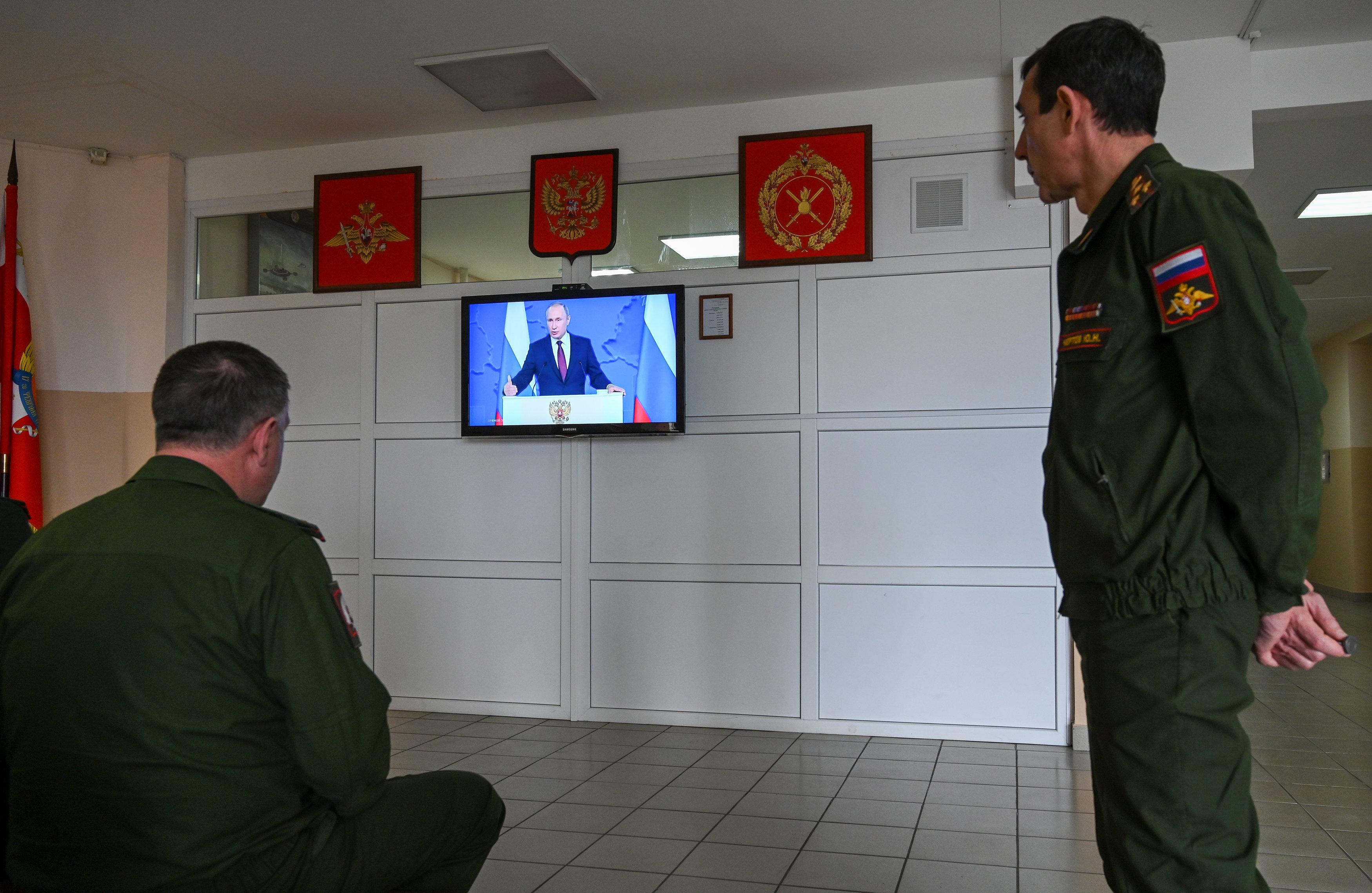 Oficiales escuchan el mensaje presidencial (REUTERS/Sergey Pivovarov)