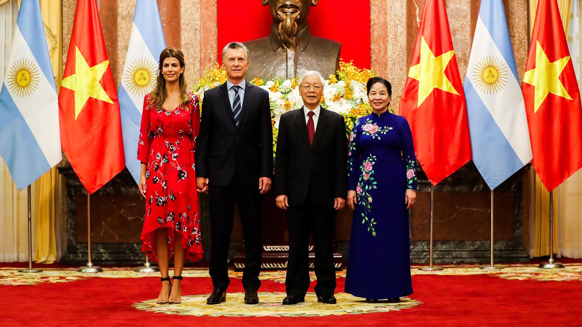 Con vestido rojo de corte irregular Awada y Macri visitaron el Palacio Presidencial (Télam)