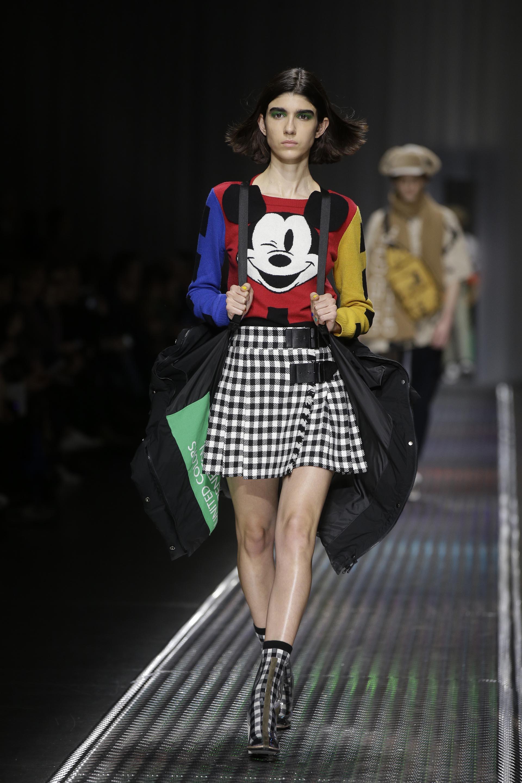 Con la cara de Mickey Mouse, faldas cuadrillé y puffer jackets doble función: también mochilas