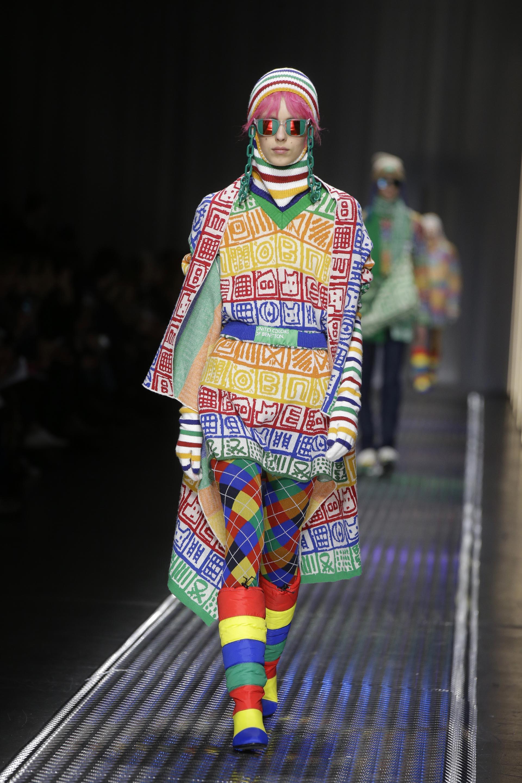 Los tejidos multicolores, geométricos, lineales con dibujos y con letras fueron los principales protagonistas del desfile de Benetton en Milán
