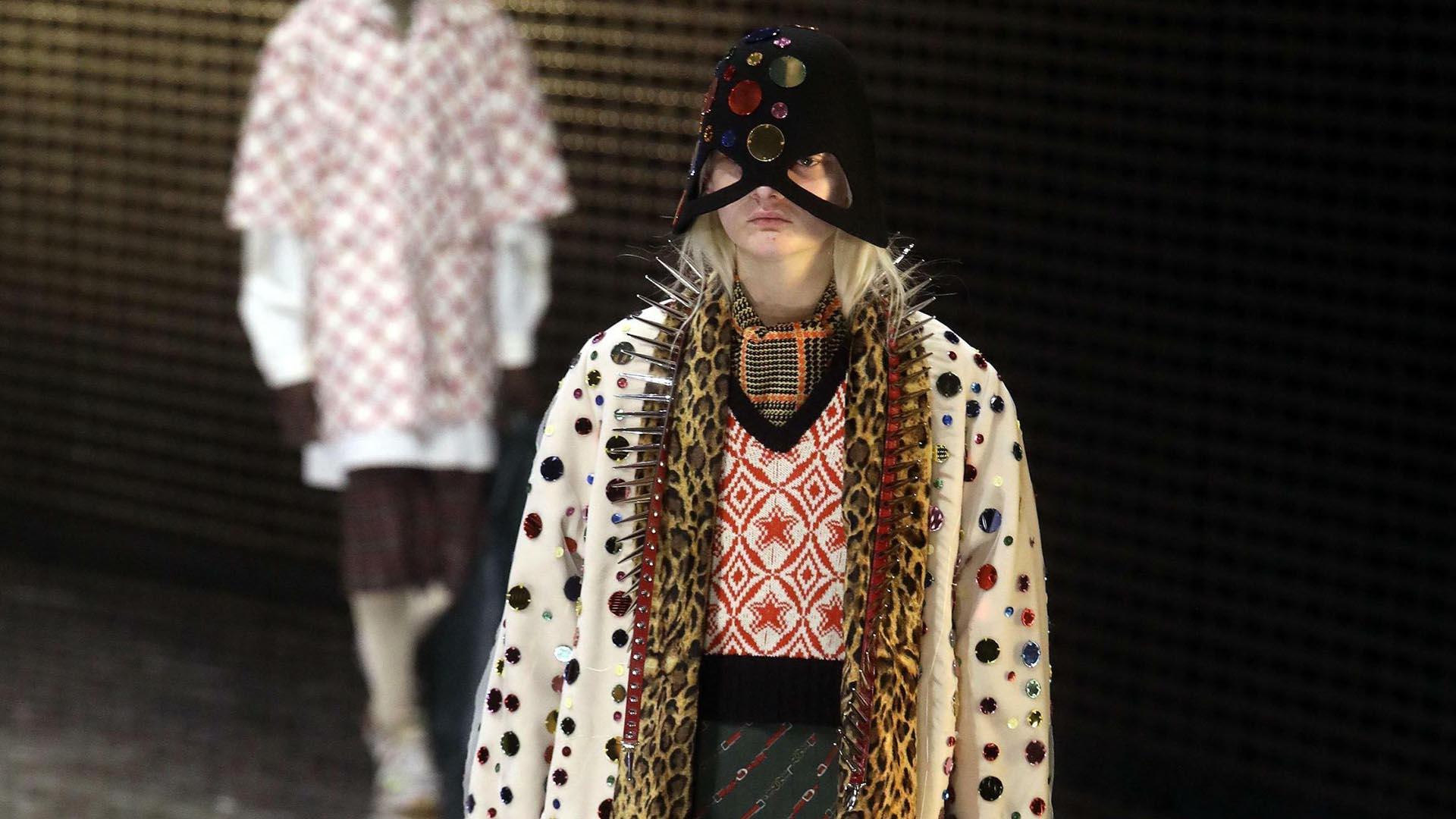 Gucci presentó su colección con sombreros bordados (AP Images)