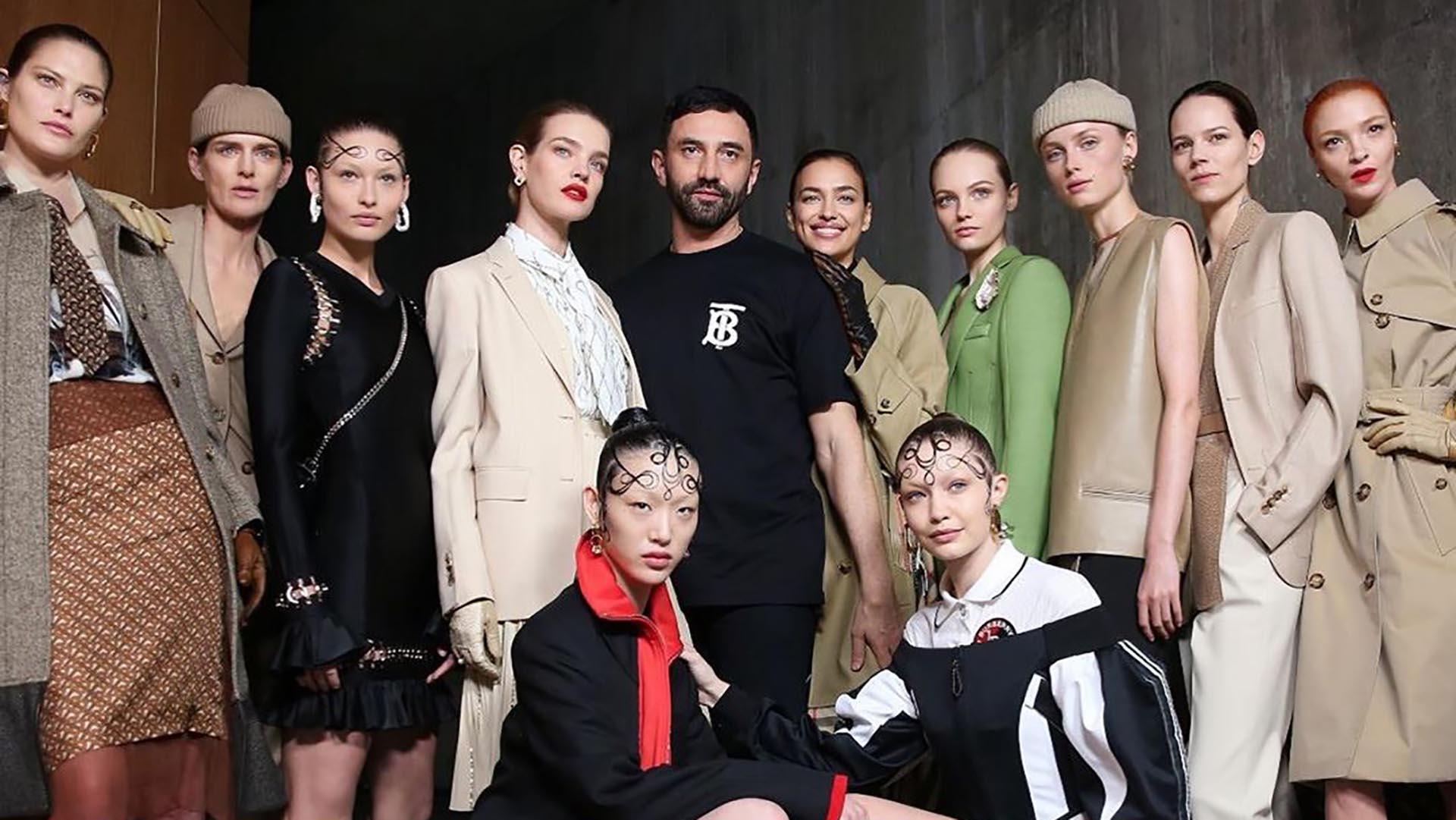 Ricardo Tisci y las modelos que participaron del desfile de Burberry en la semana de la moda de Londres (@riccardotisci17)