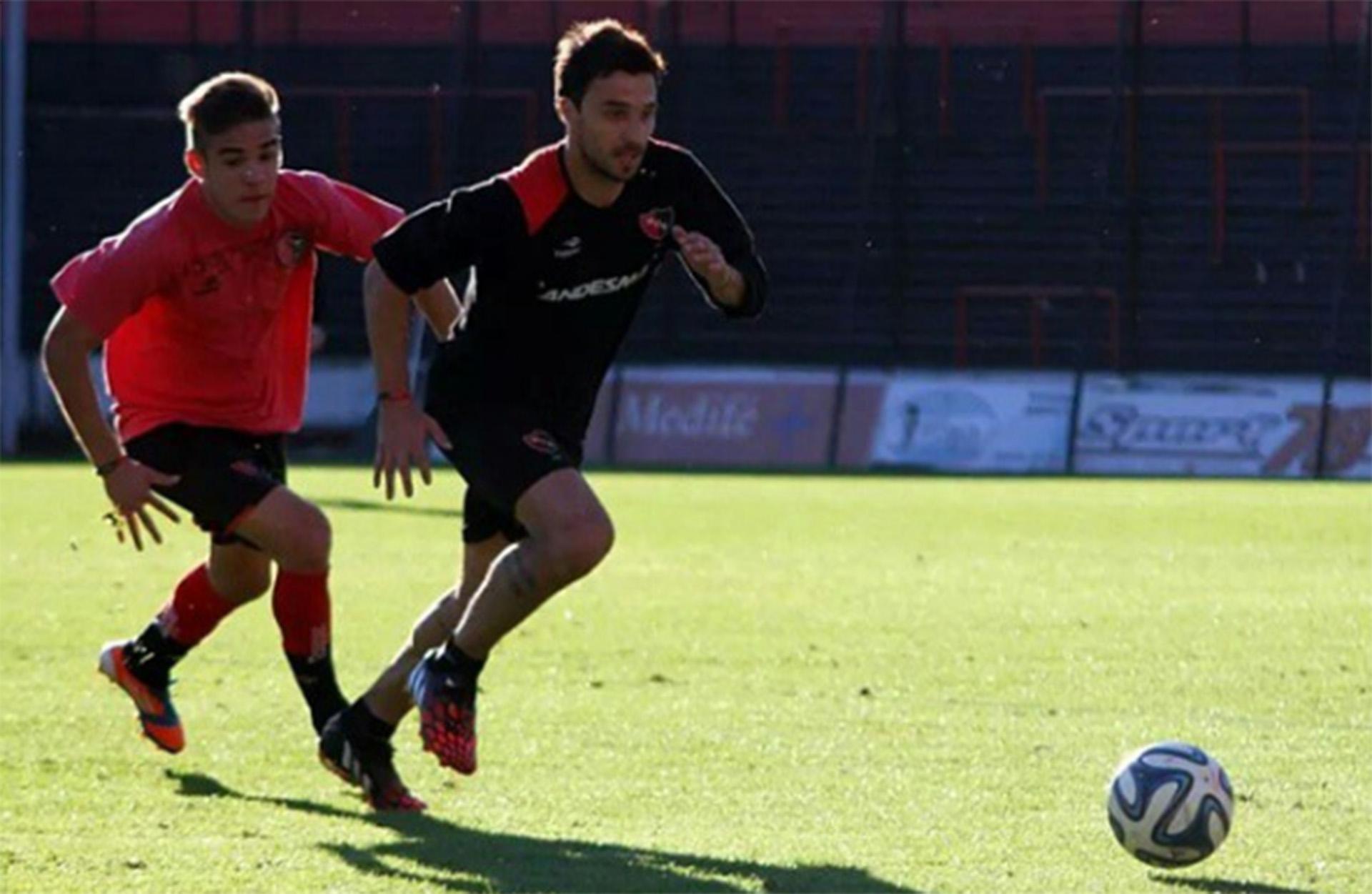 Cuffaro marcando a Ignacio Scocco en un entrenamiento con Newell's