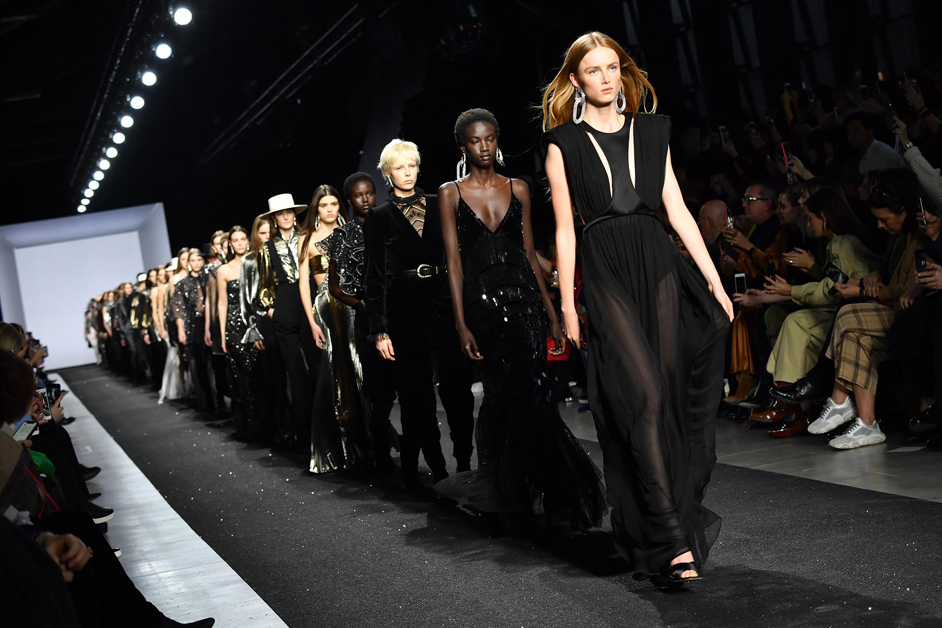 Final del fashion show. Negro, el color favorito de Alberta Ferretti, la diseñadora milanesa un ícono de moda que nunca defrauda en el fashion week