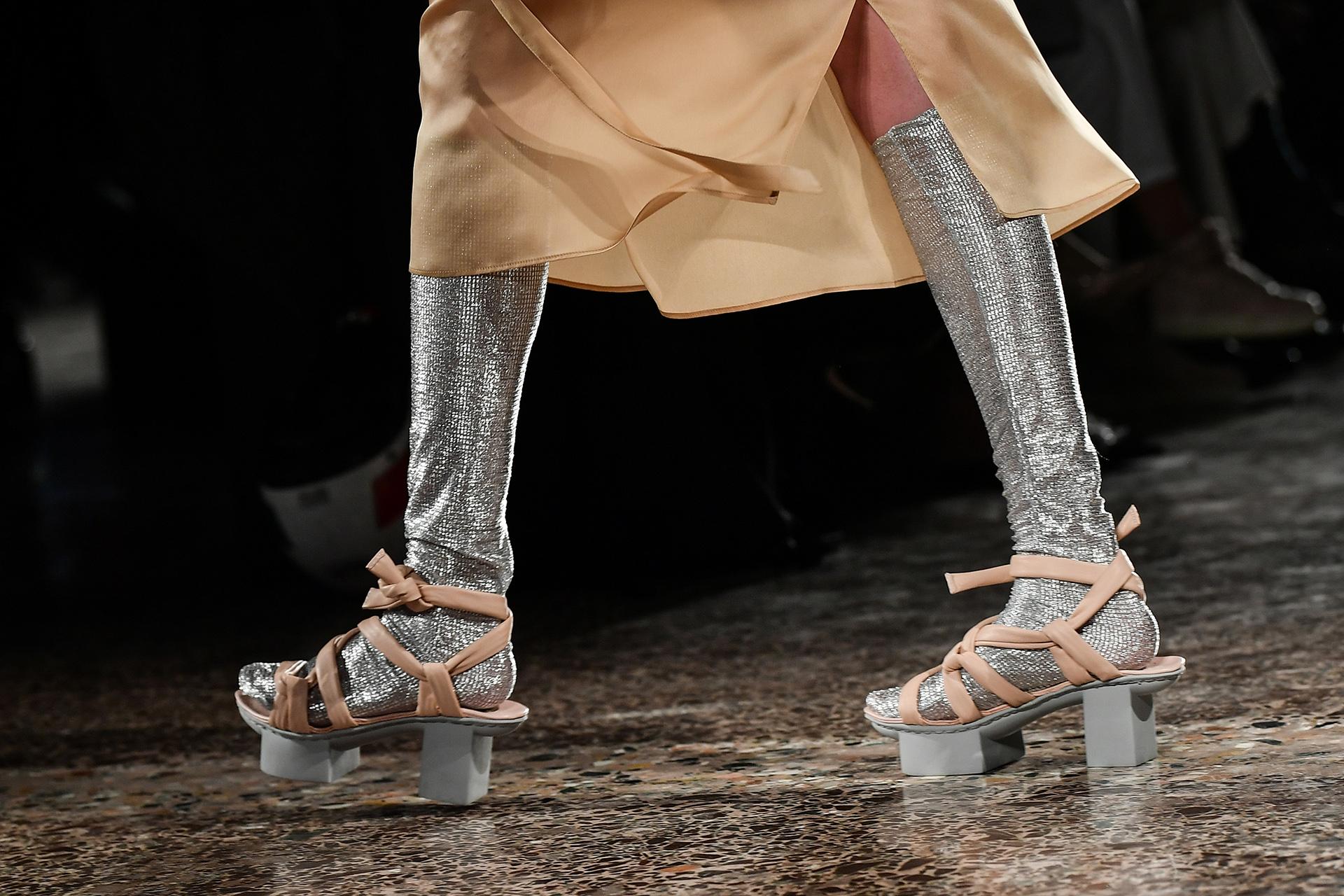 Zambelli hizo uso de la tendencia del metalizado, sobre todo en los accesorios (Photo by Marco BERTORELLO / AFP)