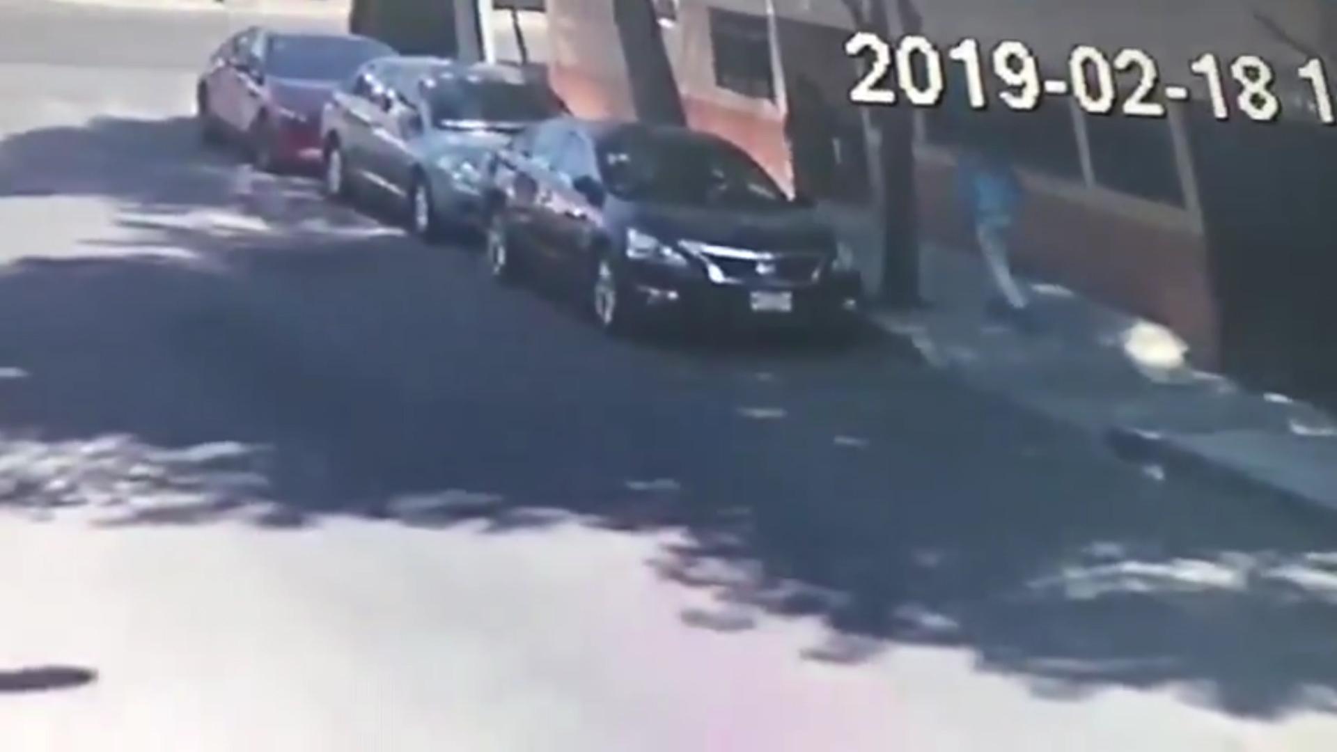 El hombre se levantó del suelo, donde permaneció la mujer hasta que su agresor huyó en sentido contrario con sus pertenencias (Foto: captura de pantalla)