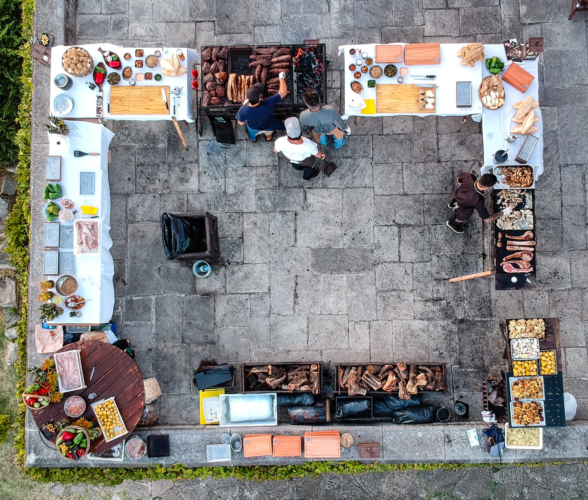 Cocina de fuegos con carnes deCabaña Juramento