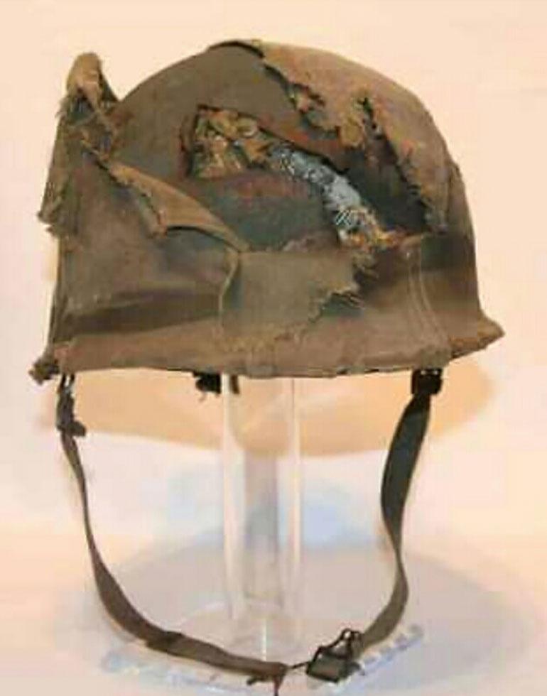 El casco dañado del veterano argentino que combatió en Monte Longdon