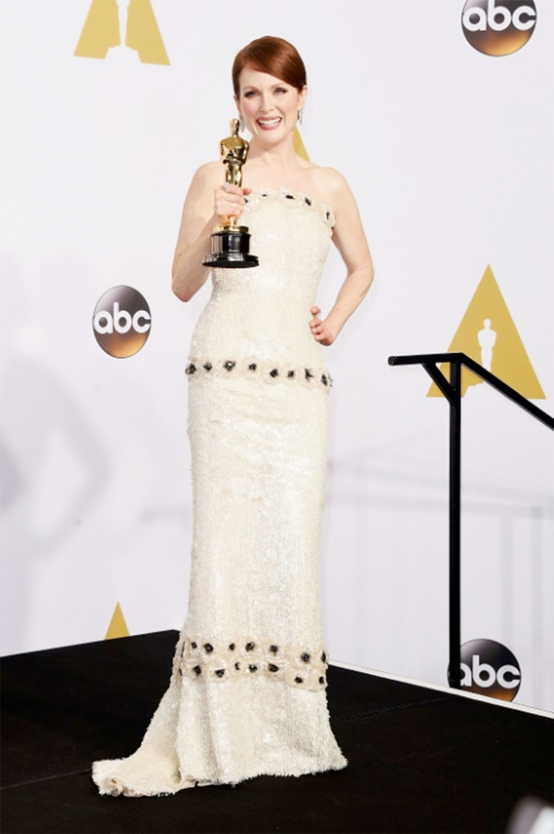 La actriz Julianne Moore recibió su Óscar a la mejor actriz con un vestido de Chanel en 2015 (GETTY IMAGES NORTH AMERICA/AFP – Jason Merritt)
