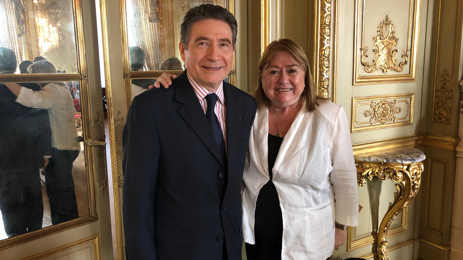 La ex canciller Susana Malcorra junto al embajador Pierre Henri Guignard
