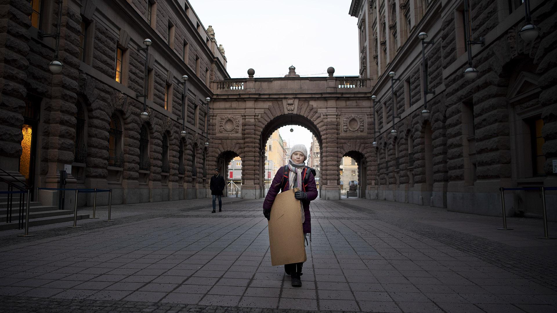 Thunberg se ausenta de la escuela los viernes para manifestarse. Como una Cassandra moderna para la era del cambio climático, el acto solitario de desobediencia civil de 16 años la convirtió en un símbolo de lucha (Elisabeth Ubbe / The New York Times)