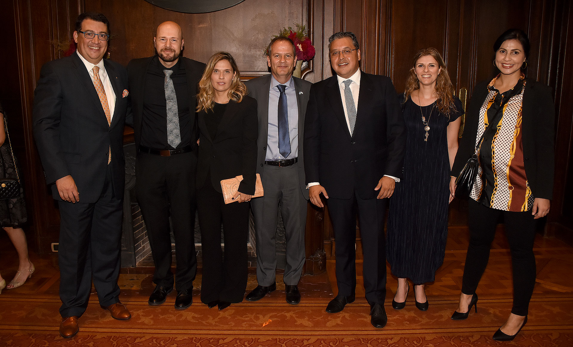 Miembros del cuerpo diplomático de Israel acreditados en la Argentina junto a los anfitriones