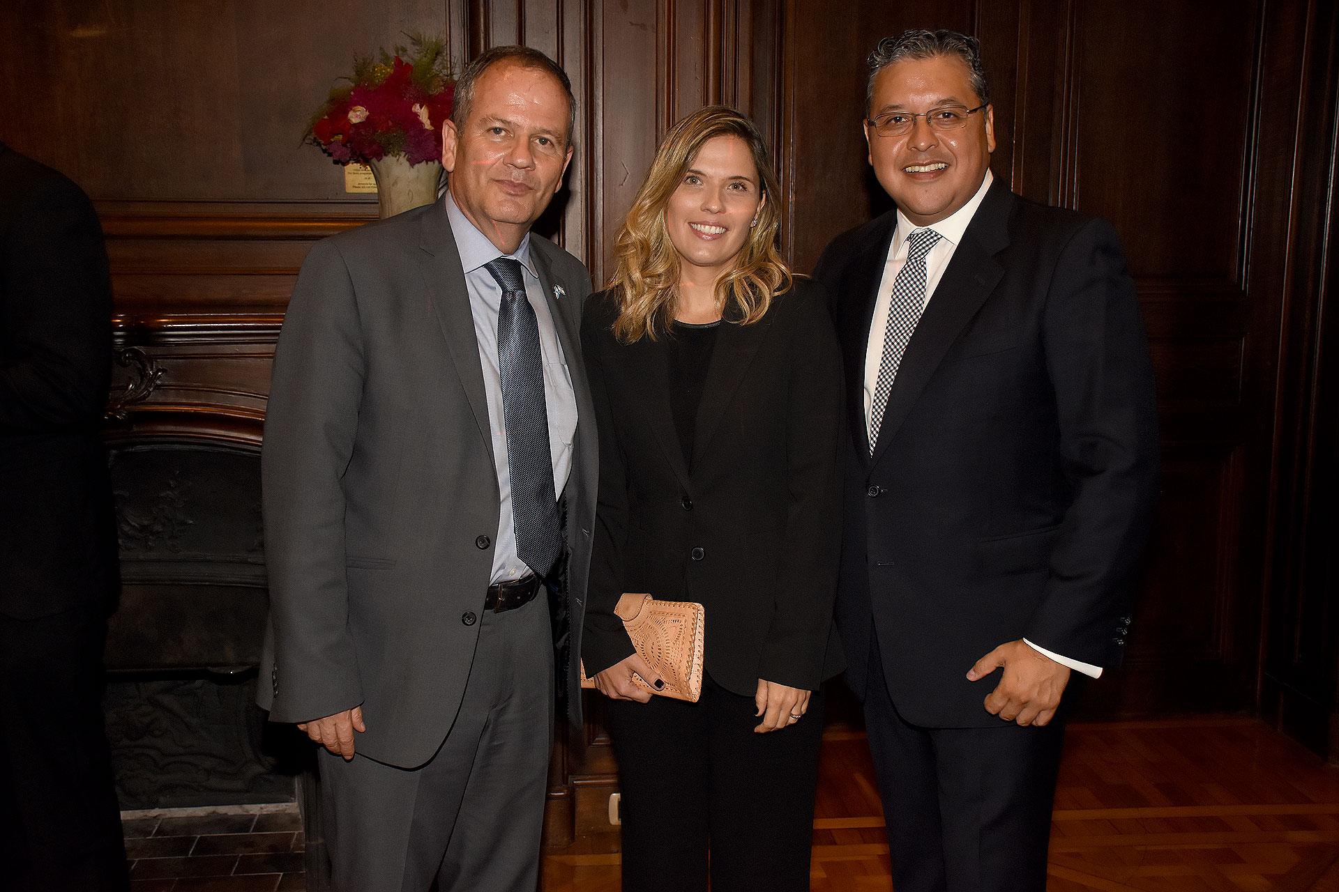 Ilan Stzulman, embajador de Israel en Argentina junto a su mujer y Ariel Blufstein, anfitrión del evento