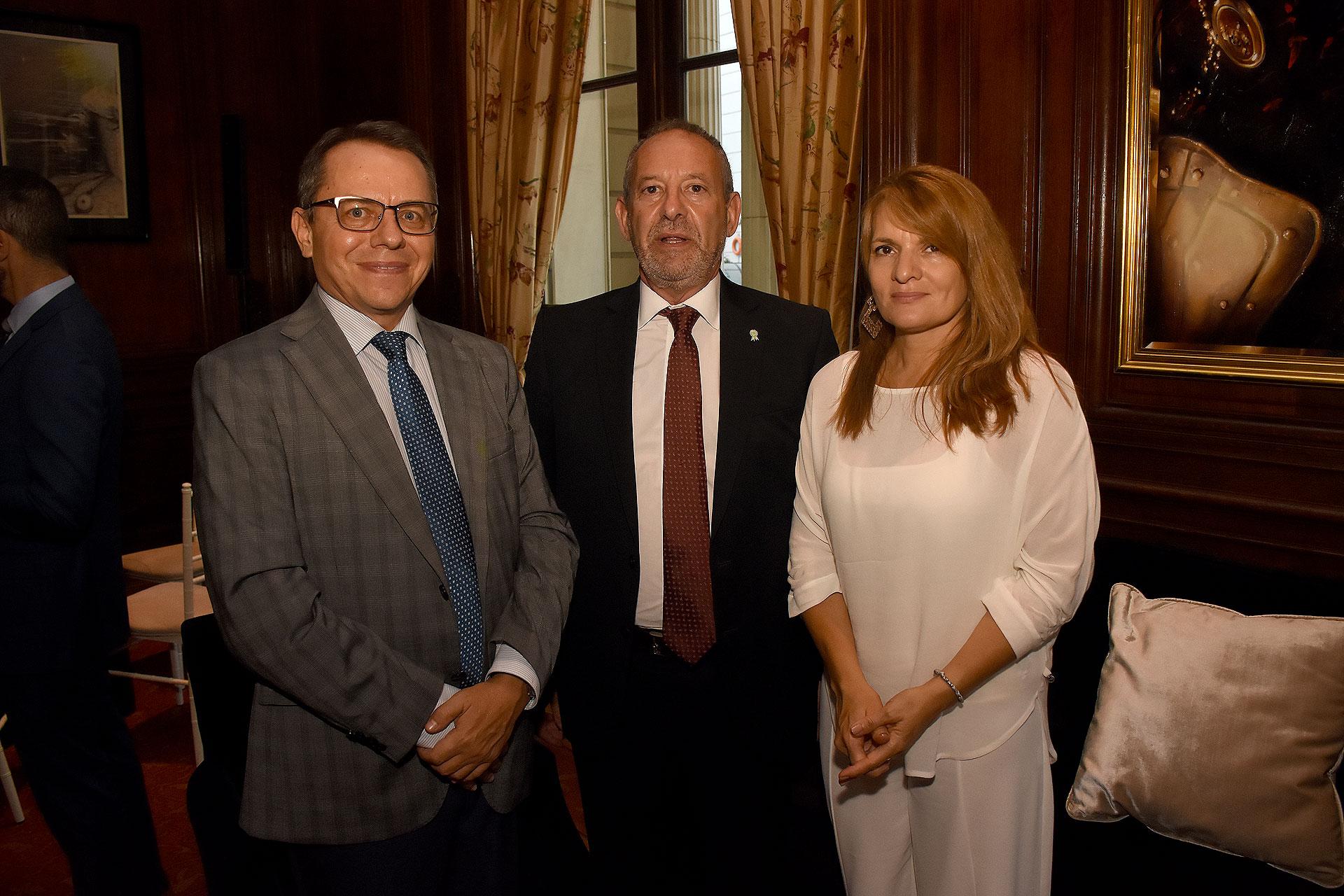 Yurii Diudin, embajador de Ucrania en Argentina, junto a Emilio Perina, director general del archivo General de la Nación y su esposa