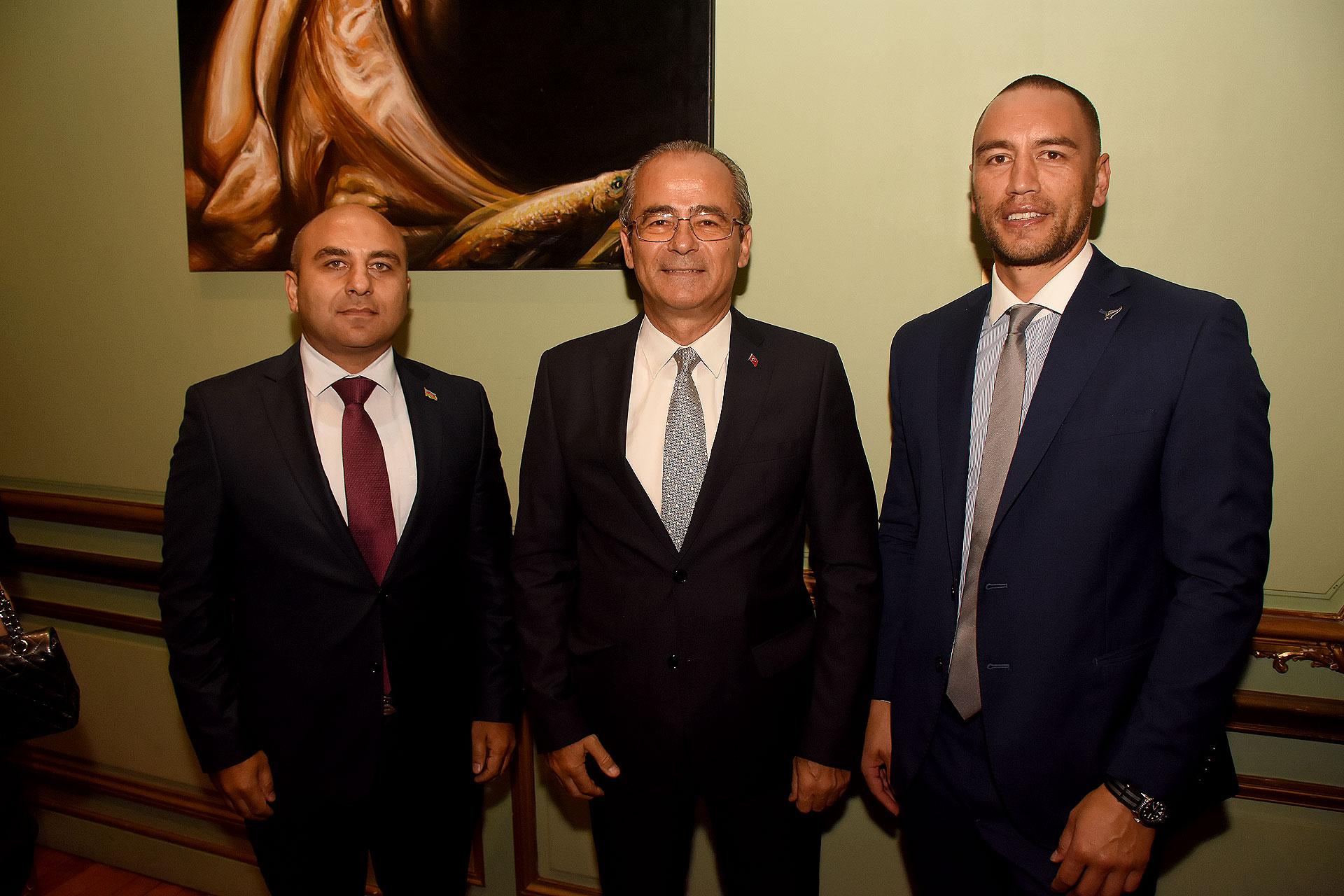Rashad Aslanov, embajador de la República de Azerbaiyán en Argentina; Vural Altay, embajador de Turquía en Argentina y Tane Waetford, primer secretario de la embajada de Nueva Zelanda en Argentina