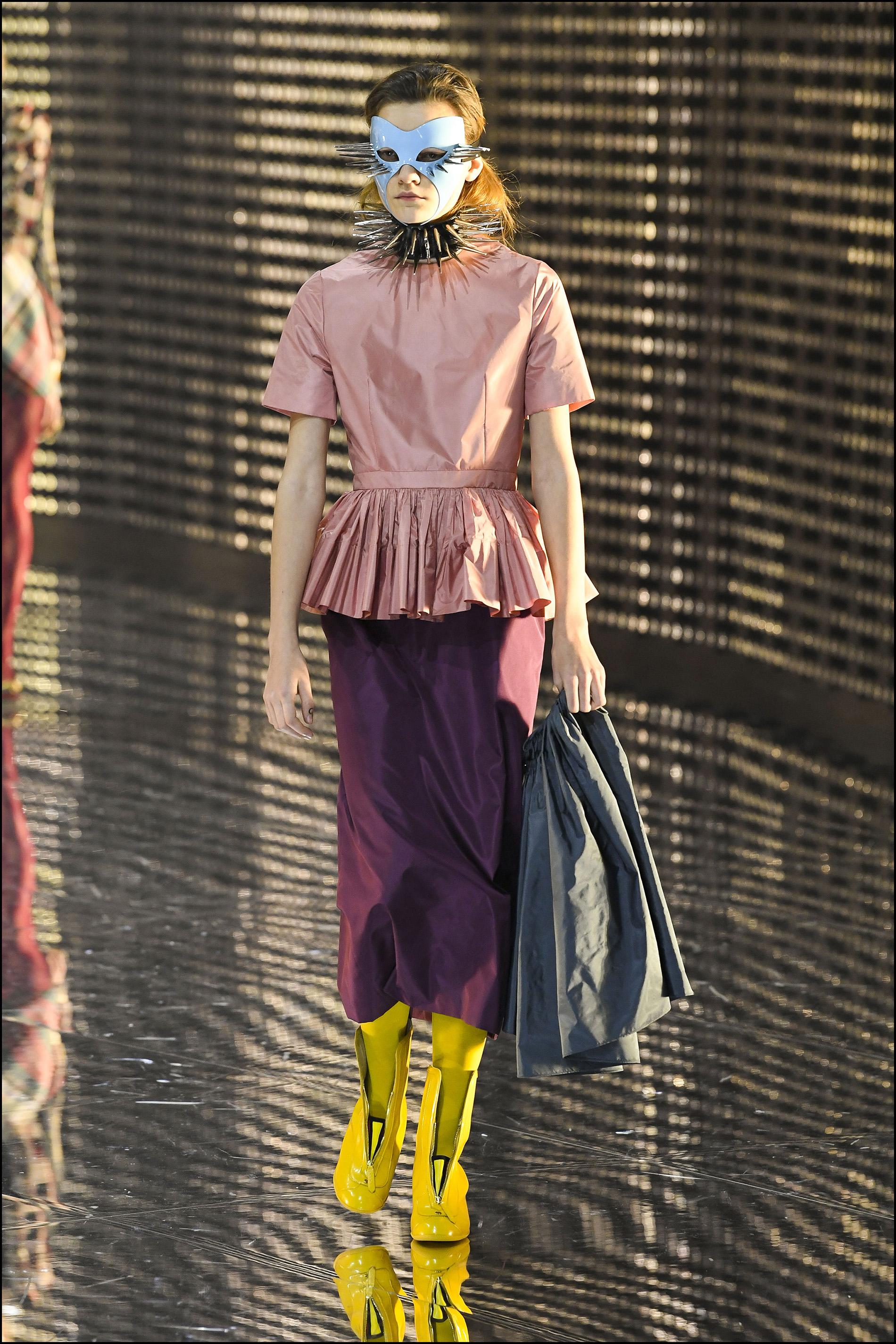 Faldas midi + blusas con péplum + collares con pinchos + máscara.
