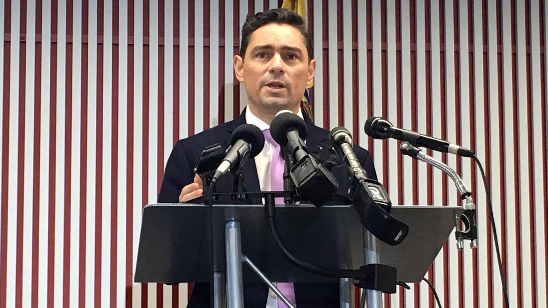 Carlos Vecchio, nuevo embajador de Venezuela en Estados Unidos, durante la conferencia de prensa que brindó este jueves.