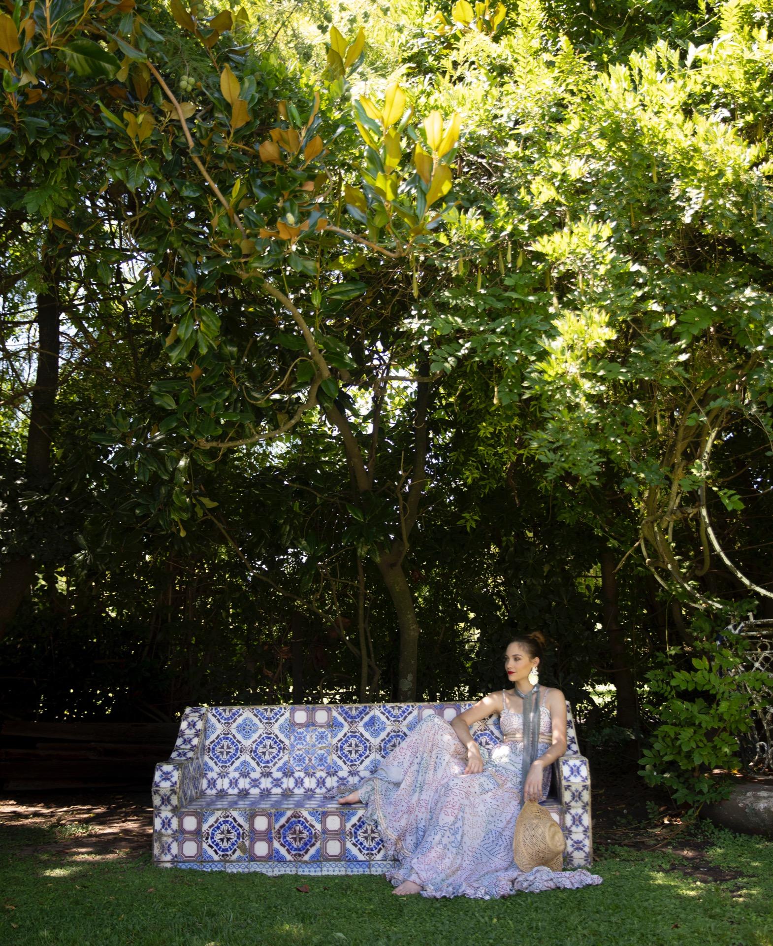 Vestido largo estampado ($ 23.000, Holi), aros (Los Vados del Isen) y chal metálico (Vitamina).