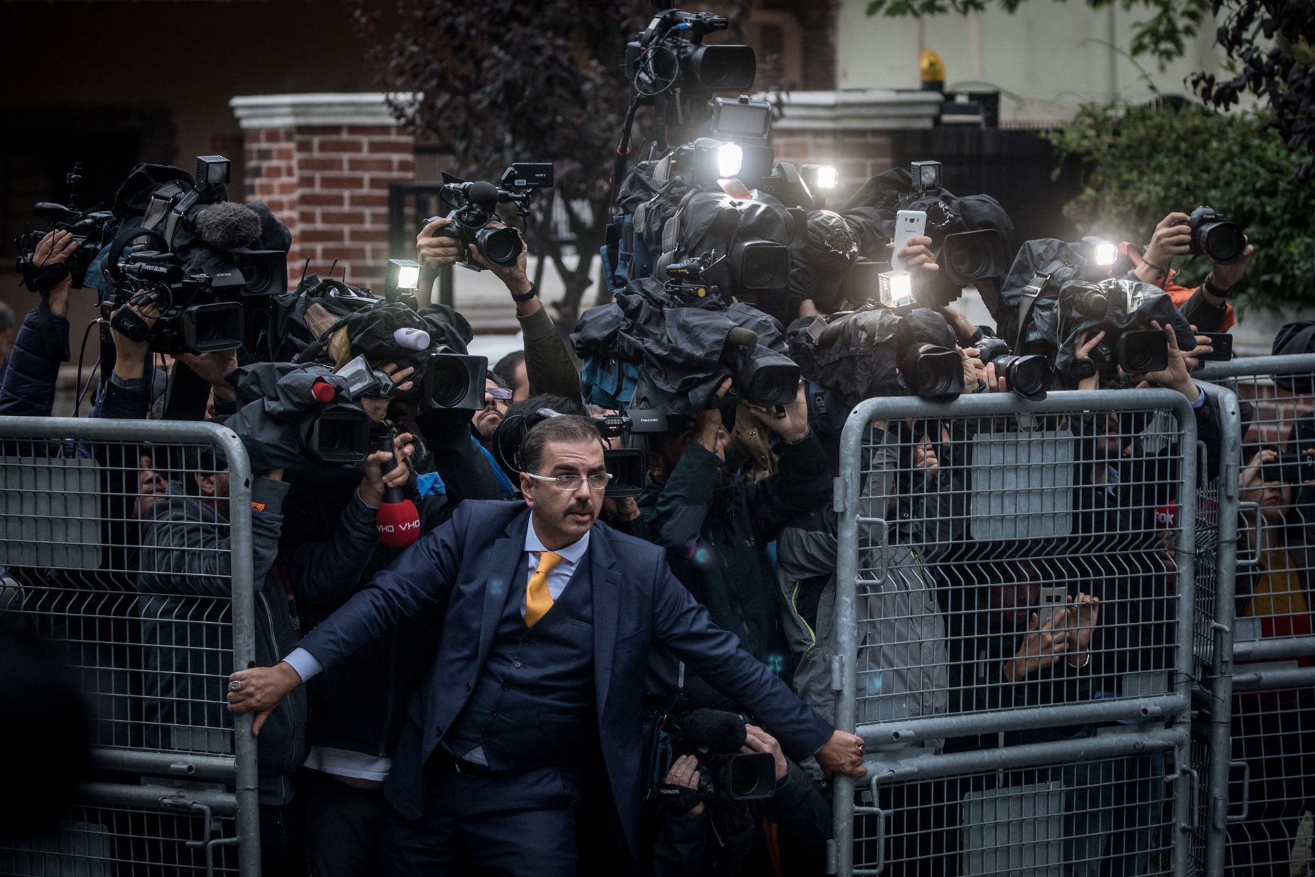 Un hombre no identificado trata de detener la prensa el 15 de octubre, cuando los investigadores saudíes llegan al Consulado de Arabia Saudita en Estambul, Turquía, en medio de una creciente reacción internacional contra la desaparición del periodista Jamal Khashoggi / Foto: Chris McGrath (Getty Images)